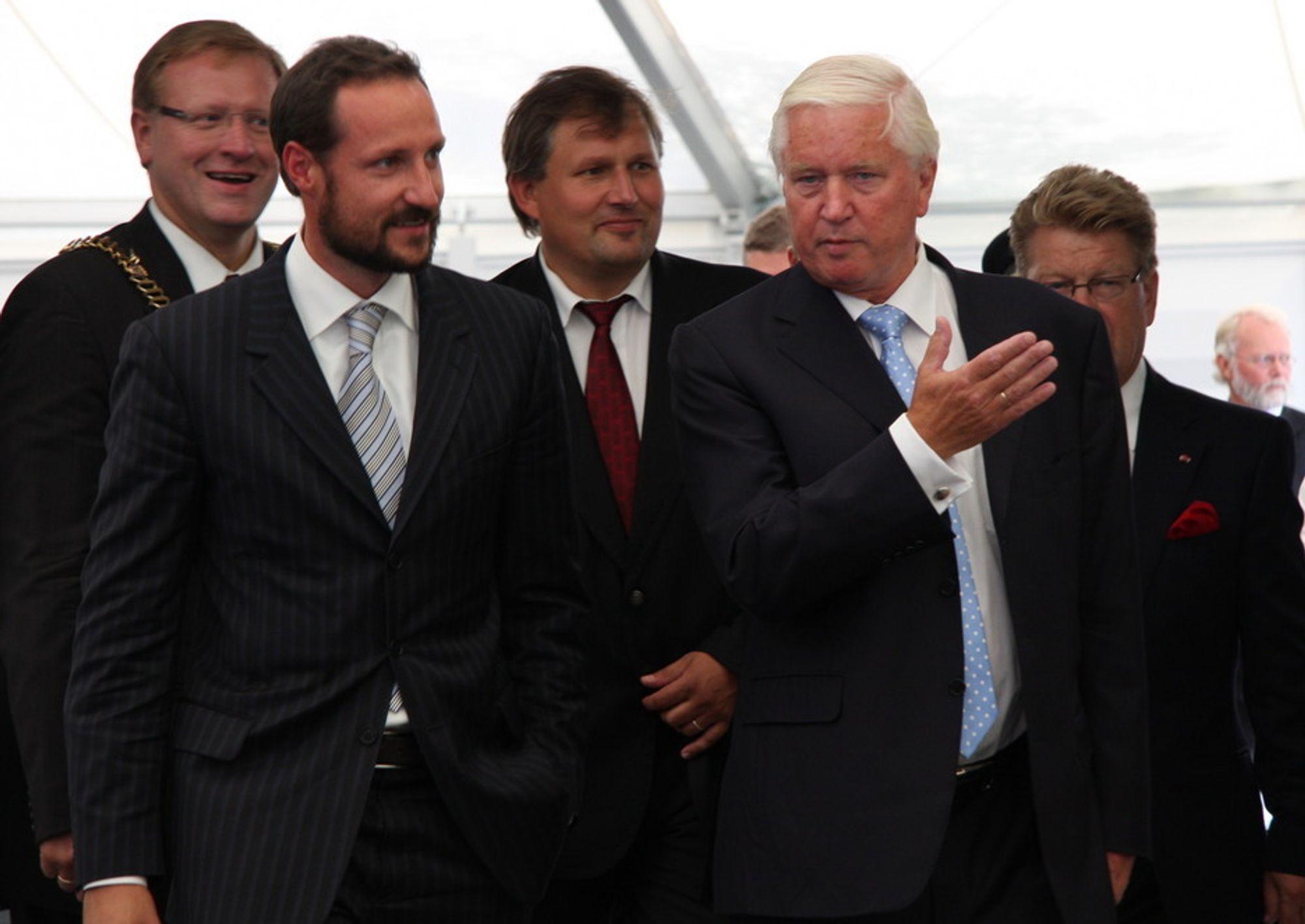 Kronprinsen ankommer ONS. Her blir han møtt av ONS-general Kjell Ursin-Smith (t.h). Bak står Stavangers ordfører Leif Johan Sevland (t.v) og olje- og energiminister Terje Riis-Johansen.