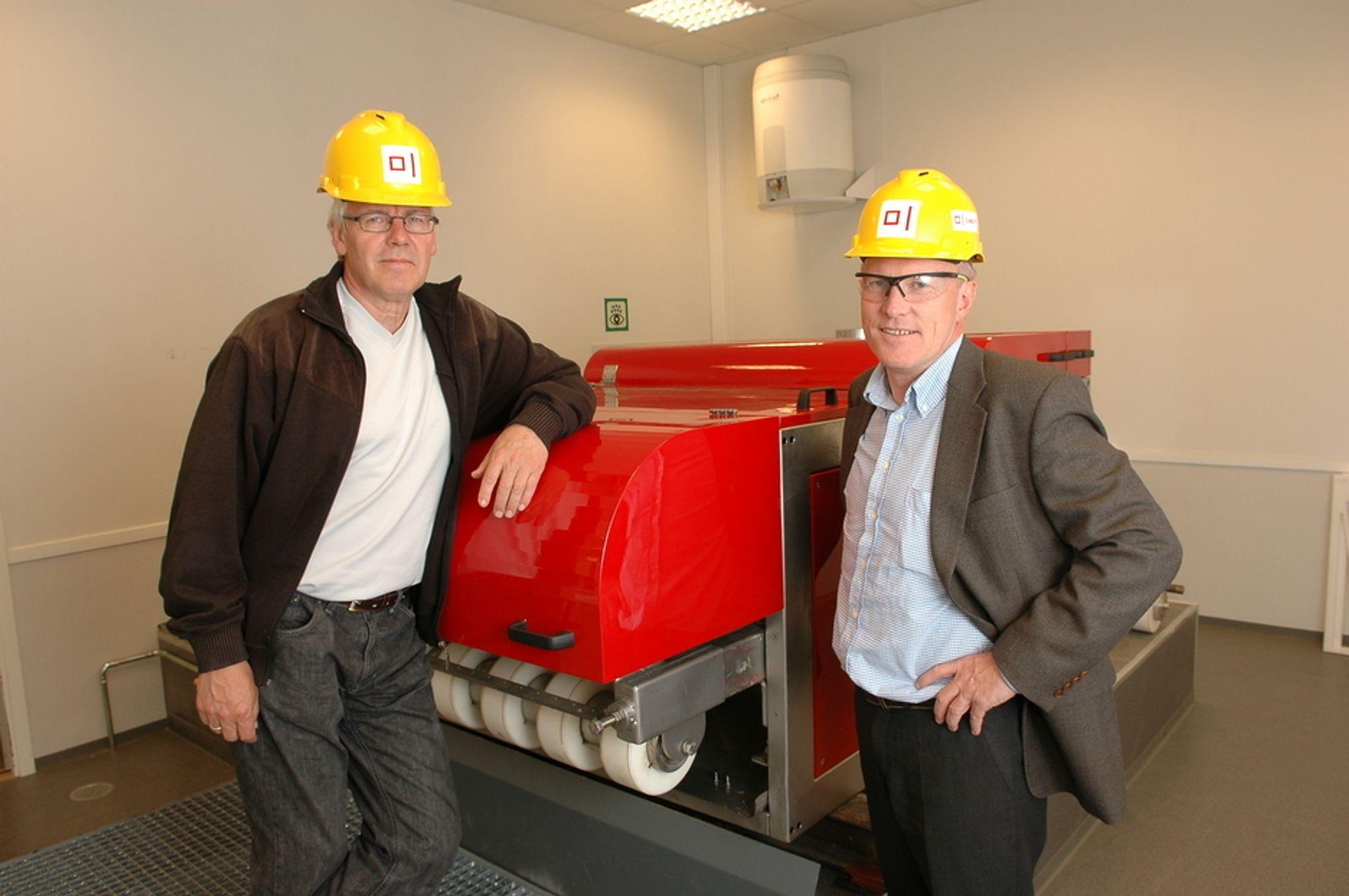 TROR PÅ SUKSESS: Trond Melhus (t.v.) og Rolf Thorkildsen er sikre på at Mudcube vil bli etterspurt. Ikke minst fordi borearbeiderne kan komme til å forlange Mudcube på grunn av arbeidsmiljøet.