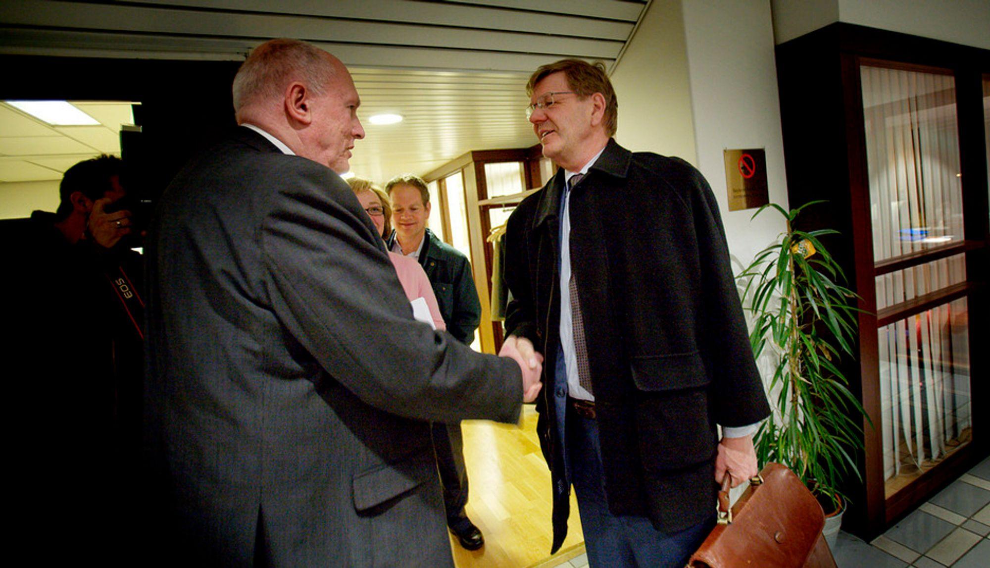 NHO-direktør Finn Bergesen jr og LO-leder Roar Flåthen tok hverandre i hånden etter at LO og NHO kom til enighet i lønnsoppgjøret etter meklingen på overtid onsdag morgen.