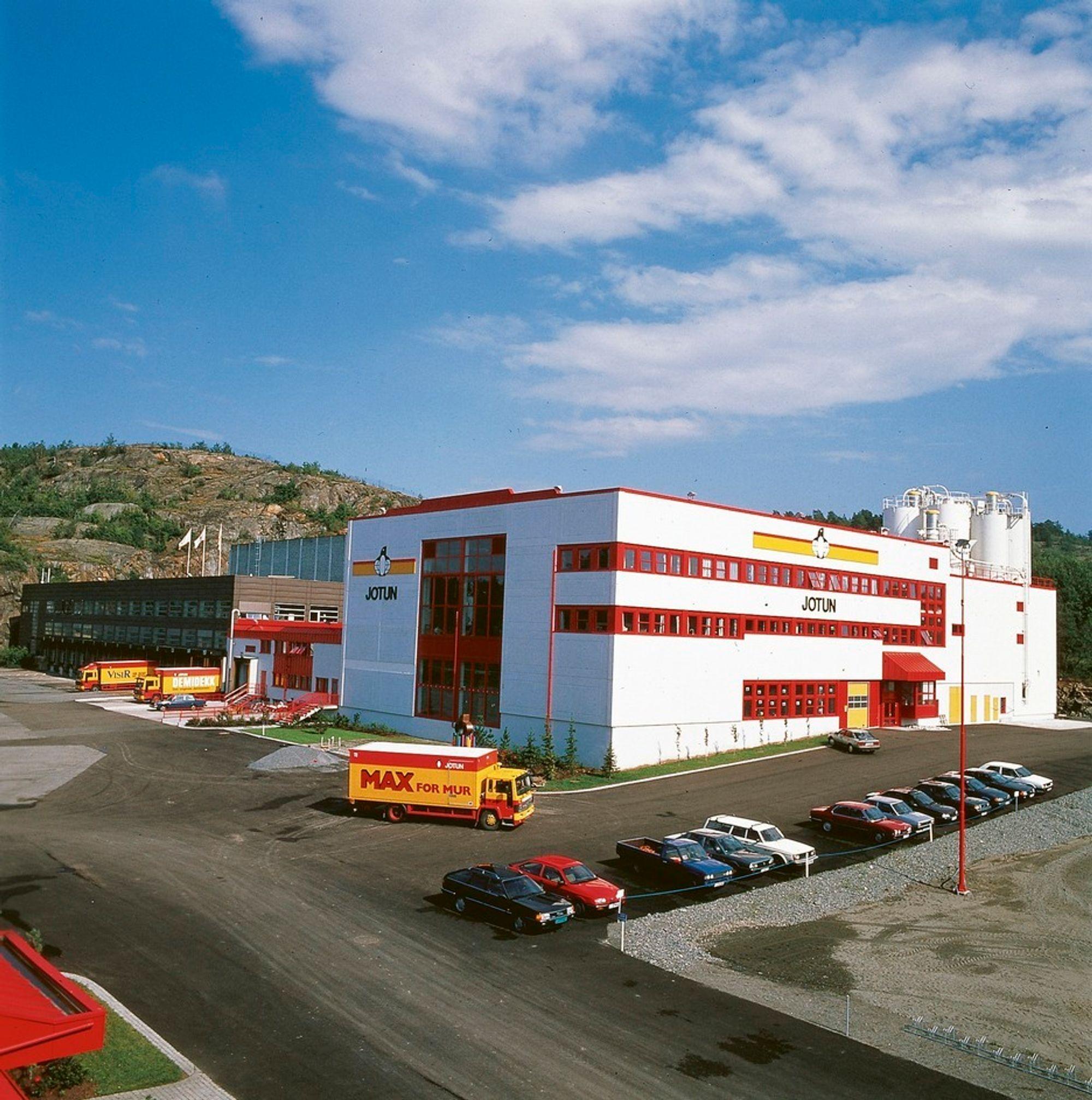 Jotun taper penger på høye råvarepriser, men gjorde likevel flere investeringer i de første åtte månedene i 2011  - deriblant ny produksjonsstruktur og nytt produksjonsanlegg på denne fabrikken i Sandefjord.