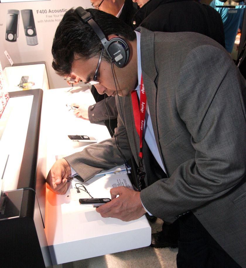 Journalist studerer mobiltelefon under Mobile World Congress i Barcelona.