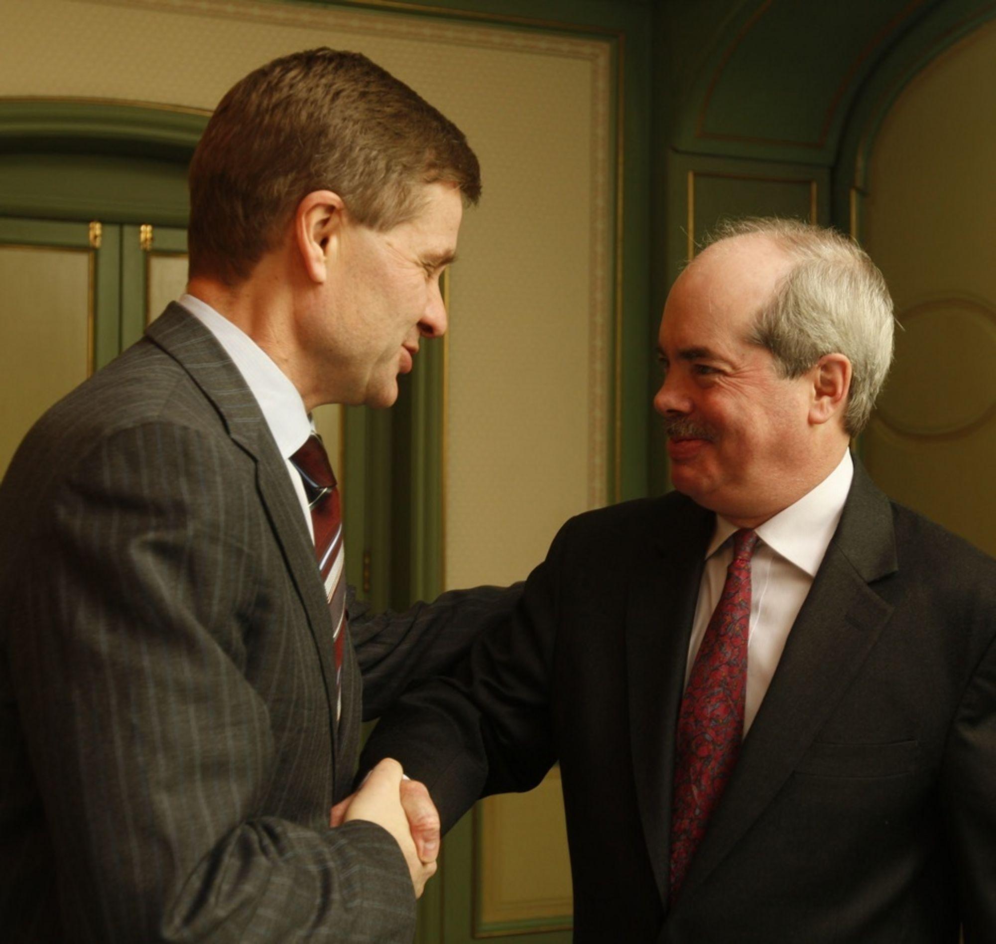 President Chris Flavin i Worldwatch Institutes (til høyre) og utviklingsminister Erik Solheim (SV) under presentasjonen av rapporten State of the World 2008 i Oslo mandag.
