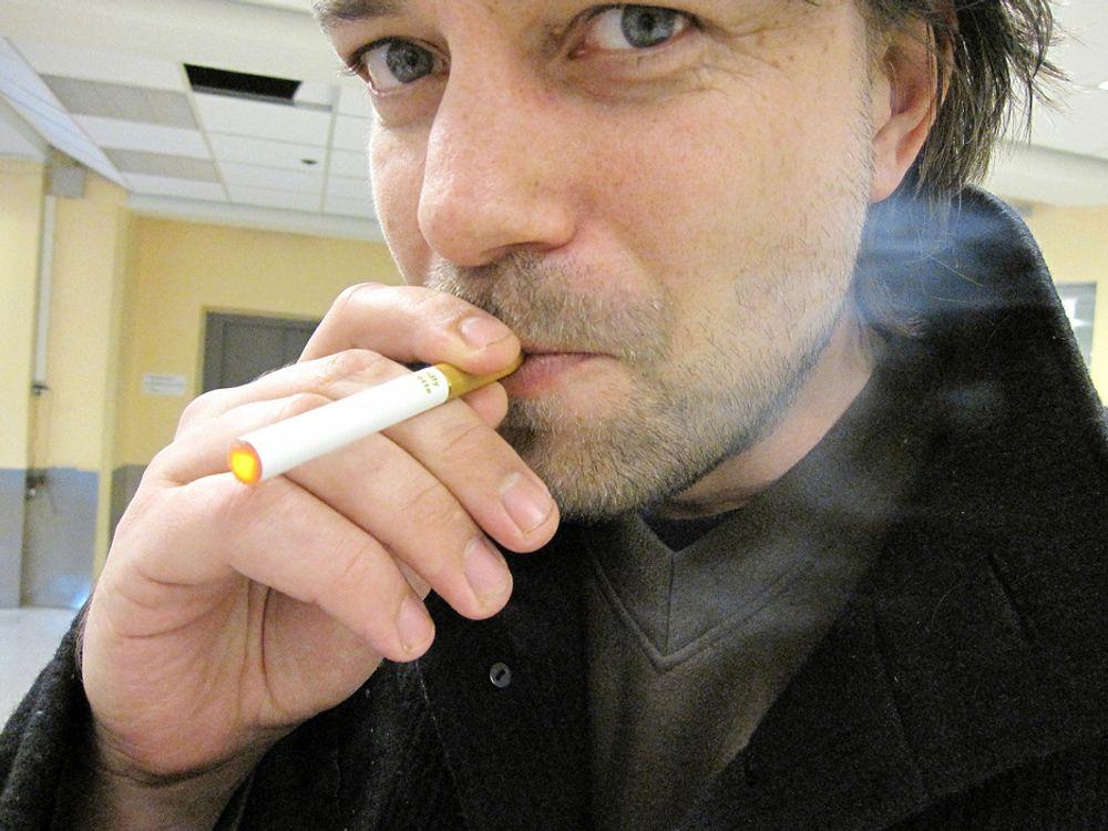 FORBUDT: Nordmenn har kunnet kjøpe elektriske sigaretter som ifølge selgerne tilfredstiller nikotinhungeren på en sunnere måte en vanlig tobakksrøyk. Men salget er forbudt, slår Helsedirektoratet fast.