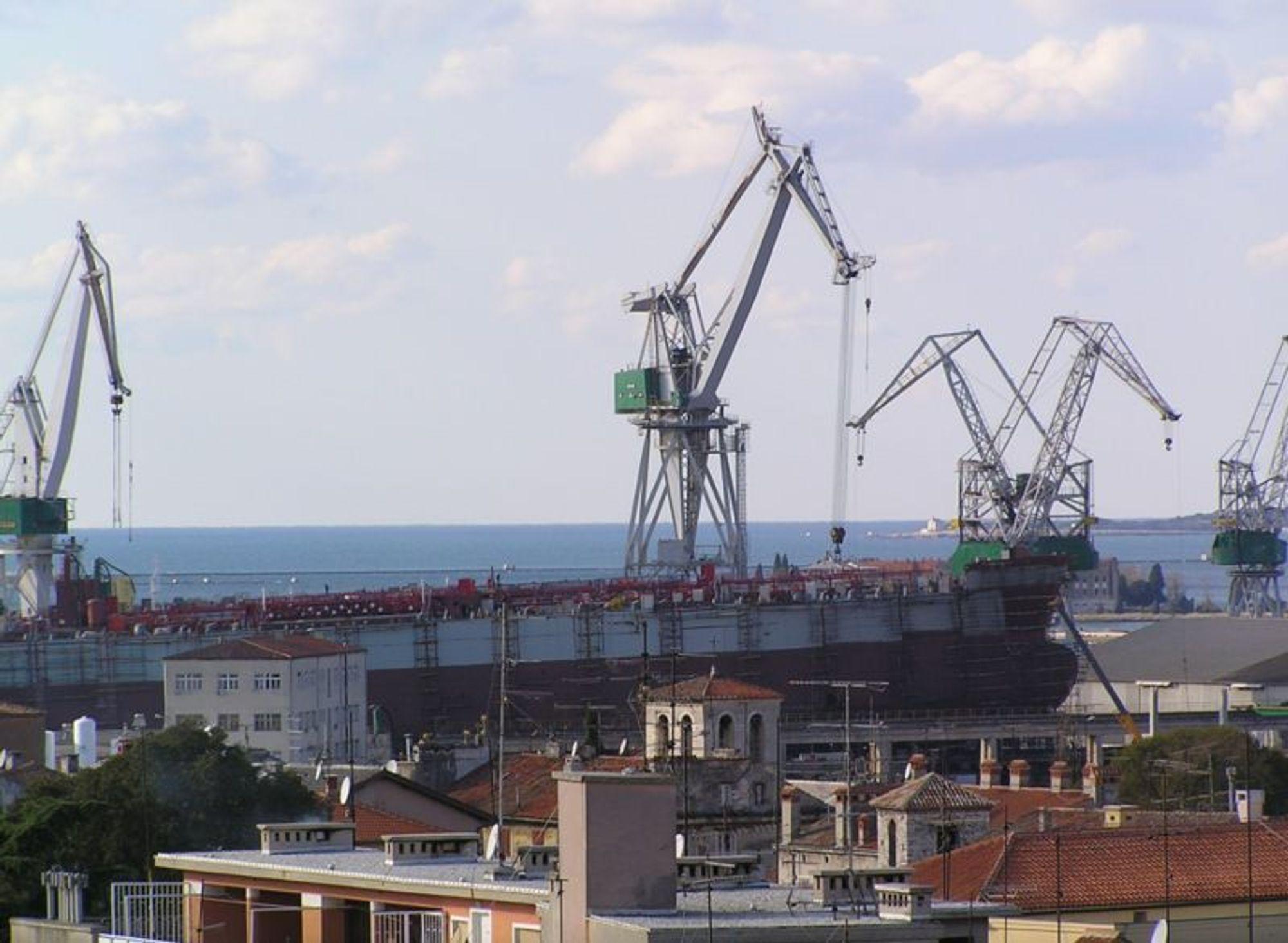 Markedet for tørrlastskip, bulk og containerskip, er overmettet høsten 2008. Verft som byggerslike skip vil lide mest i de nærmeste årene. Norske verft er bedre stilt i og med at de fleste leverer til offshorerelatert virksomhet.