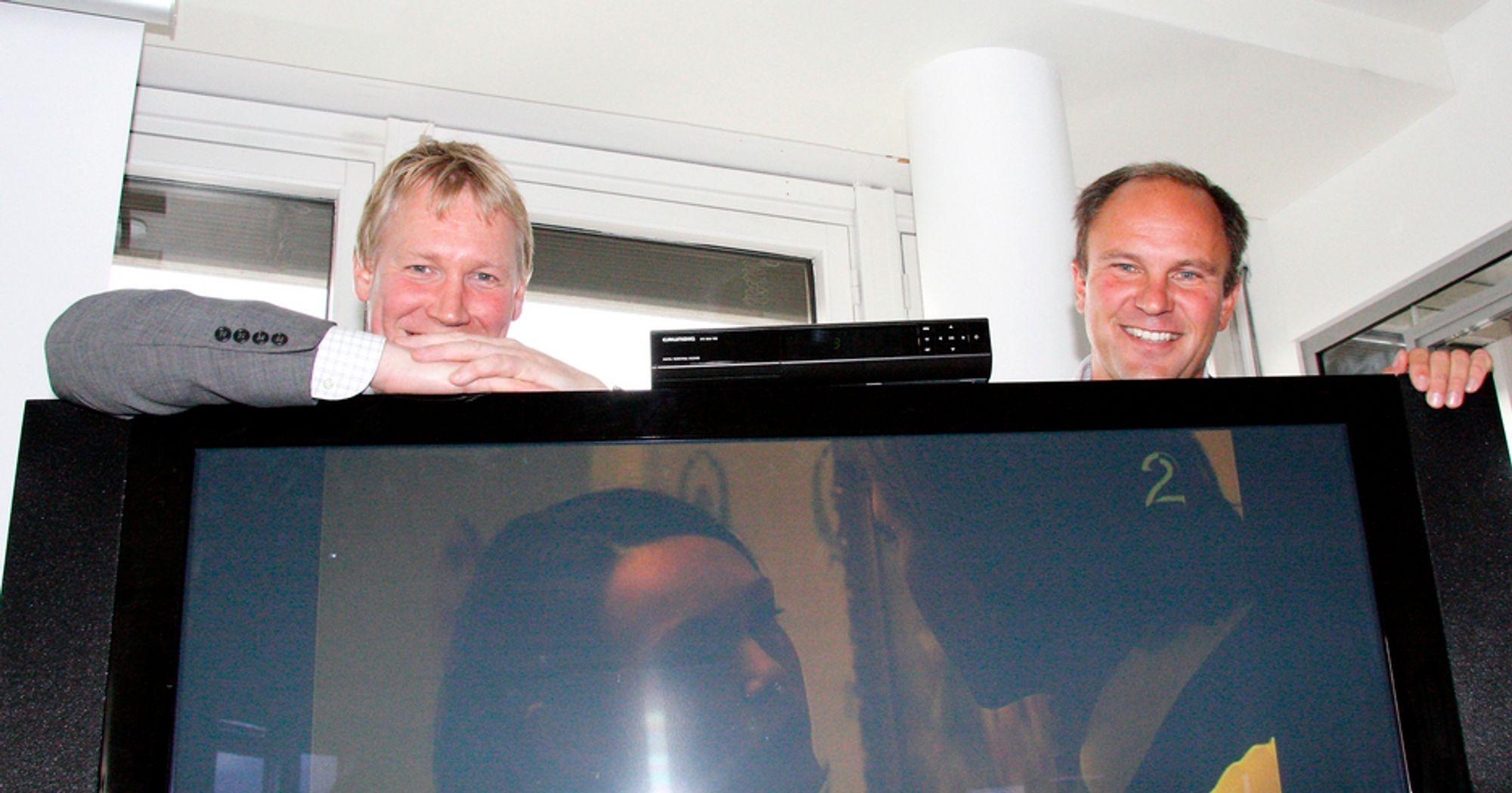 FILM TIL FOLKET: Kommunikasjonsdirektør Svein Ove Søreide og adm. dir. Espen Torsby i Riks-TV gleder seg over den nye PVR-boksen som er fundamentet i den kommende film- og serietjenesten deres.