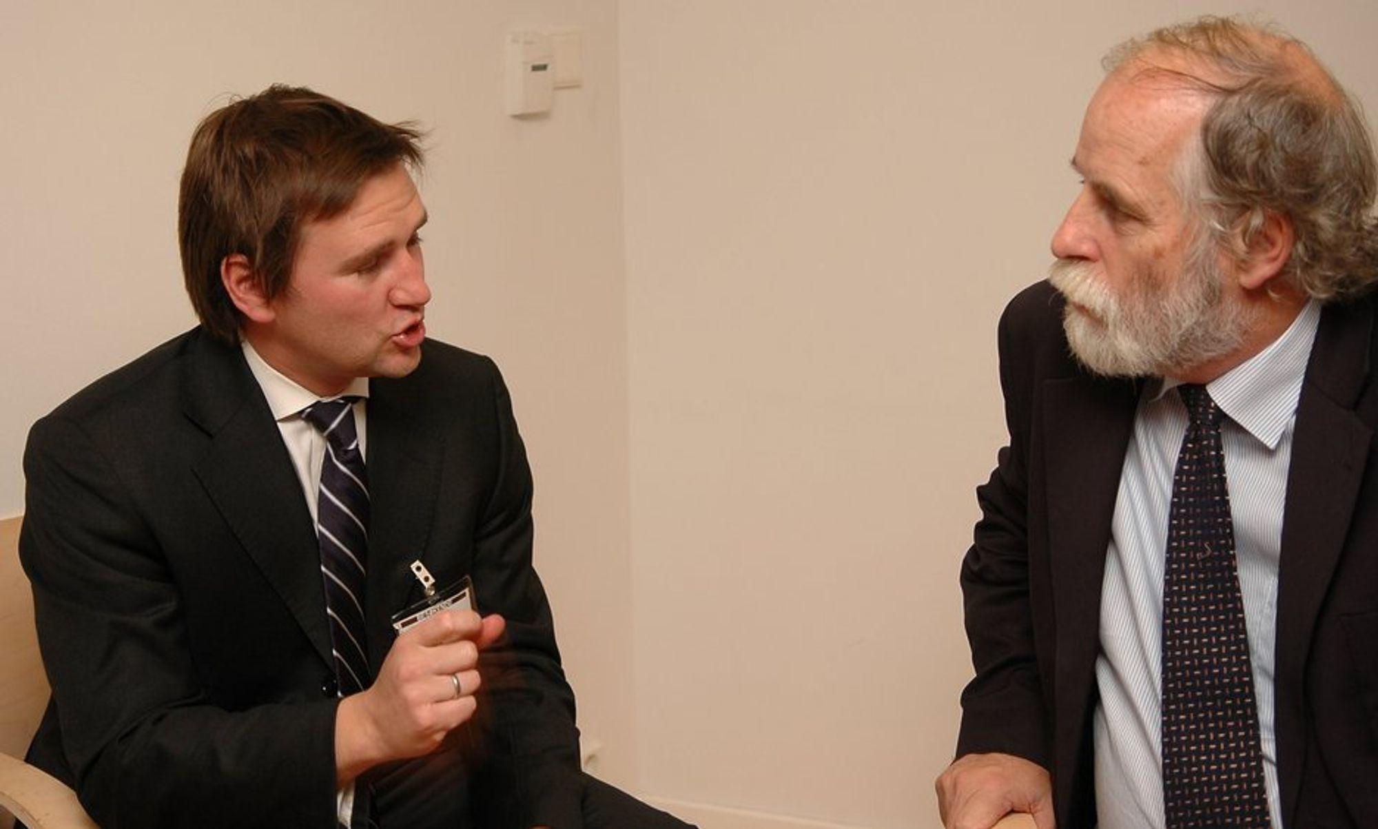 OM OLJEPRISEN: Tormod Høiby og ekspedisjonsjef  i OED, Bjarne Moe i diskusjon om fremtidig oljepris.