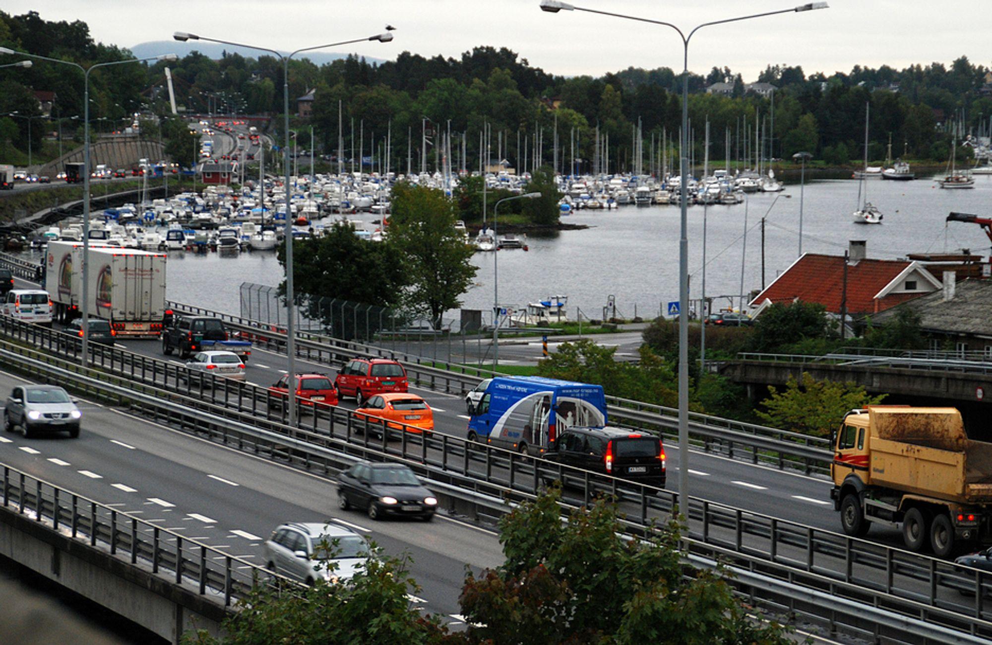 De rødgrønne fylkespartiene vil ha mer penger til kollektivtrafikken, ikke store veiprosjekter - som omlegging av E18 forbi Sandvika (bildet).