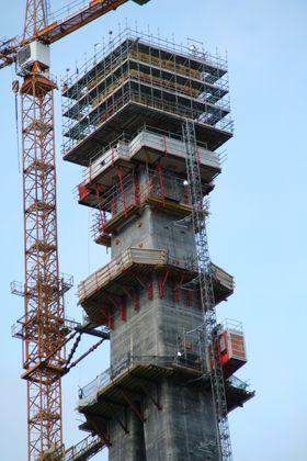 Når tårnhusene er ferdig montert på det igjen vil tårnene nå en endelig høyde på 179,1 meter på Narvik-siden .
