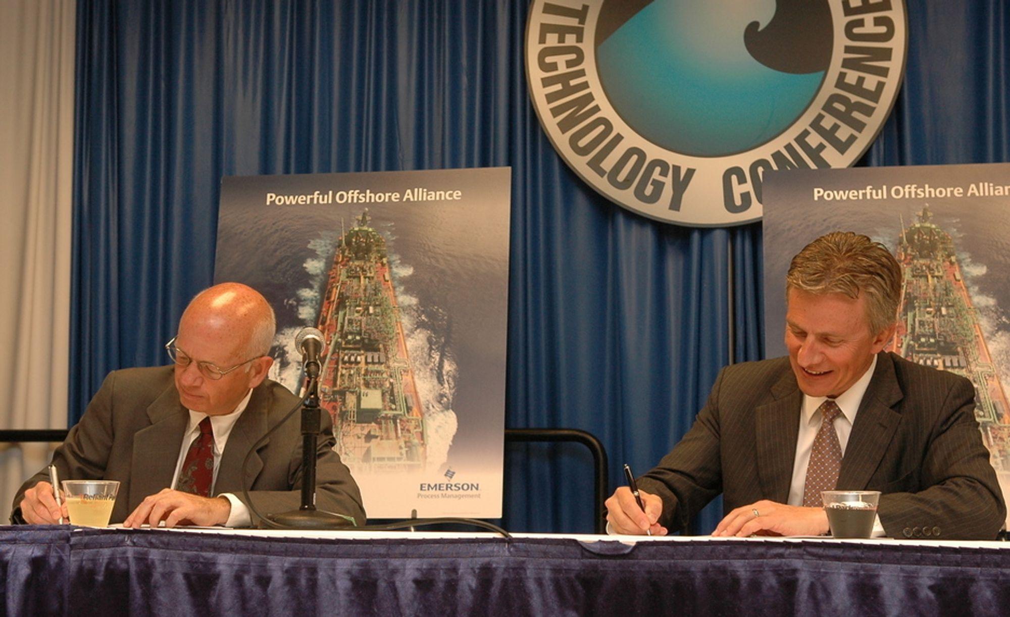 GÅR FOR FPSO: Direktørene Tomas Snead i Emerson og Jaakko Eskola i Wärtsila undertegner avtalen som blant annet innebære et ingeniørkontor i Oslo under OTC i Houston.