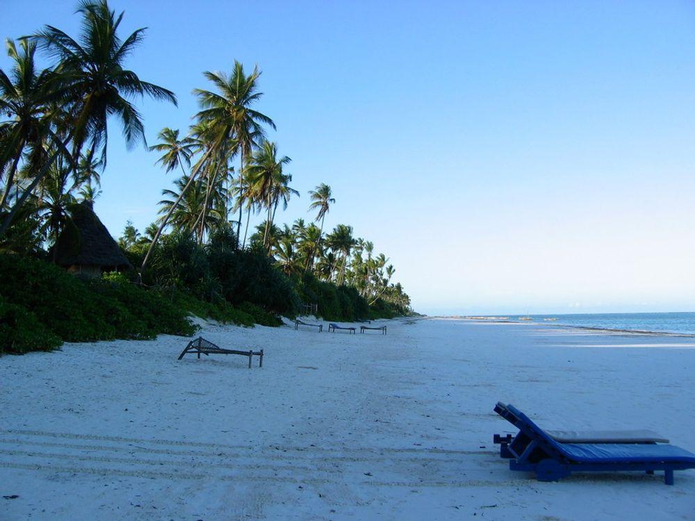 Zanzibars hete gjør det uutholdelig for de mange turistene uten strøm til å drive airconditionanleggene på hotellene.