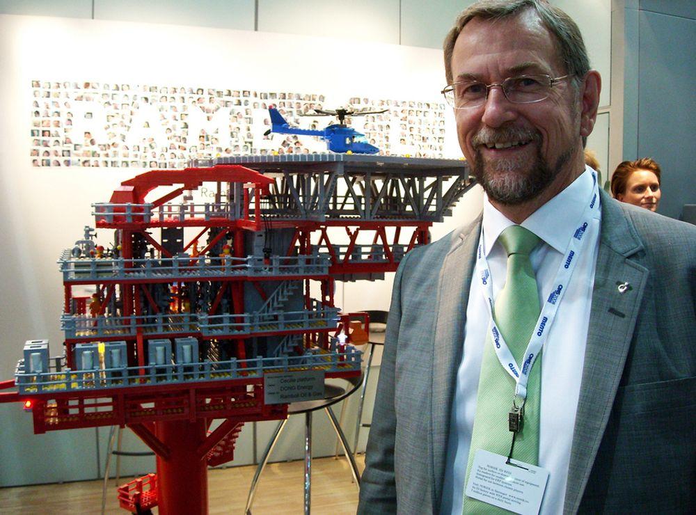 MORO: Kai B. Olsen, direktør for markeds- og forretningsutvikling i Rambøll olje og gass, viser frem den fysiske Lego-modellen av plattformen Cecilie.