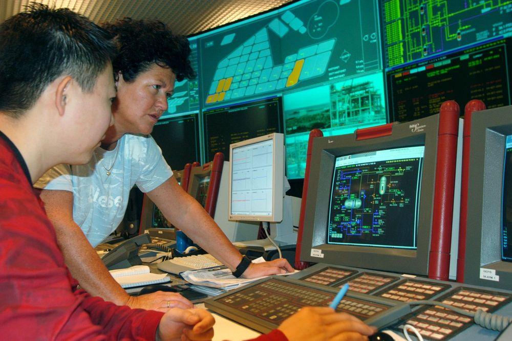 PROSESS: Systemingeniør Susan Kleppestø, ABB og prosessoperatør Thomas Thunestvedt, Statoil i kontrollrommet på Kollsnes. FOTO: ABB