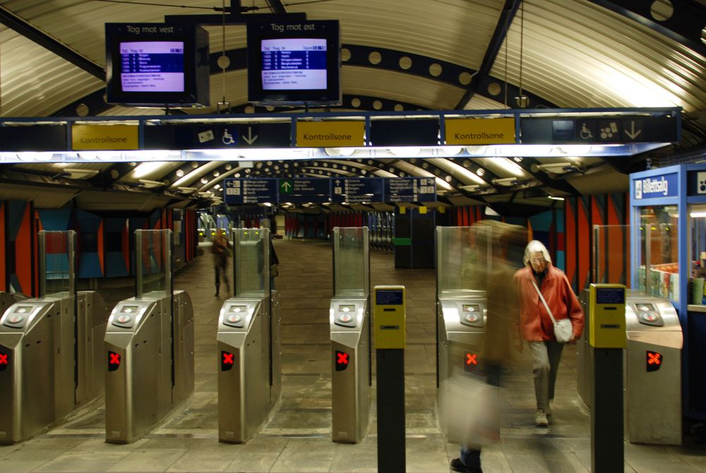 Bare et fåtall kollektivreisende kan bruke de nye billettautomatene med Flexus-kort. Fortsatt benytter majoriteten gule stemplingsautomater, og Ruter kan ikke si når det nye systemet blir klart.