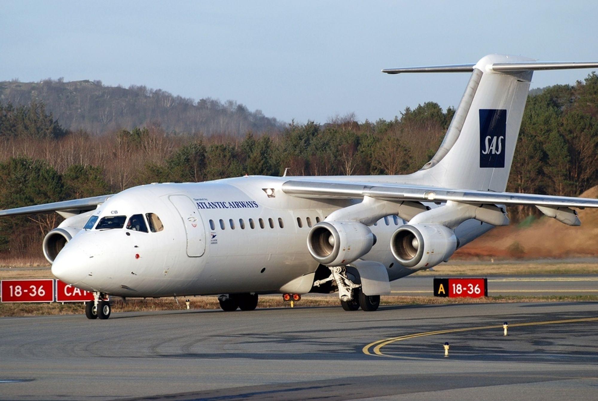 BRUKER BAE 146: SAS friskmelder ikke denne flytypen, en BAe 146 som de fortsatt har tre av på strekningen Sola-Kastrup - operert av Atlantic Airways. Denne, en BAe 146-200 med registreringsnummer OY-RCB, ble fotografert på Sola Lufthavn i mars i år.