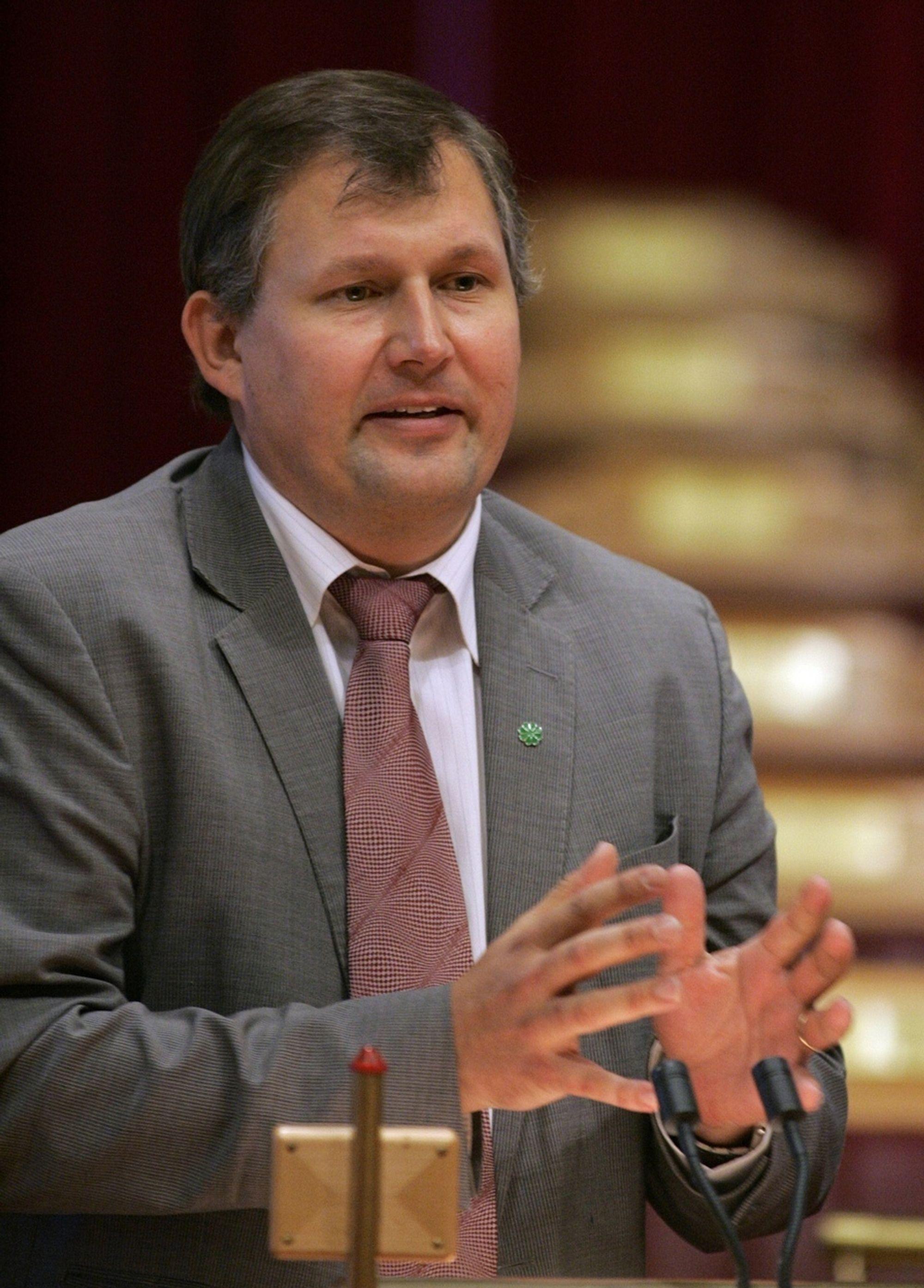 Olje- og energiminister Terje Riis-Johansen følger opp klimaforliket i budsjettet for 2009, hevder han.