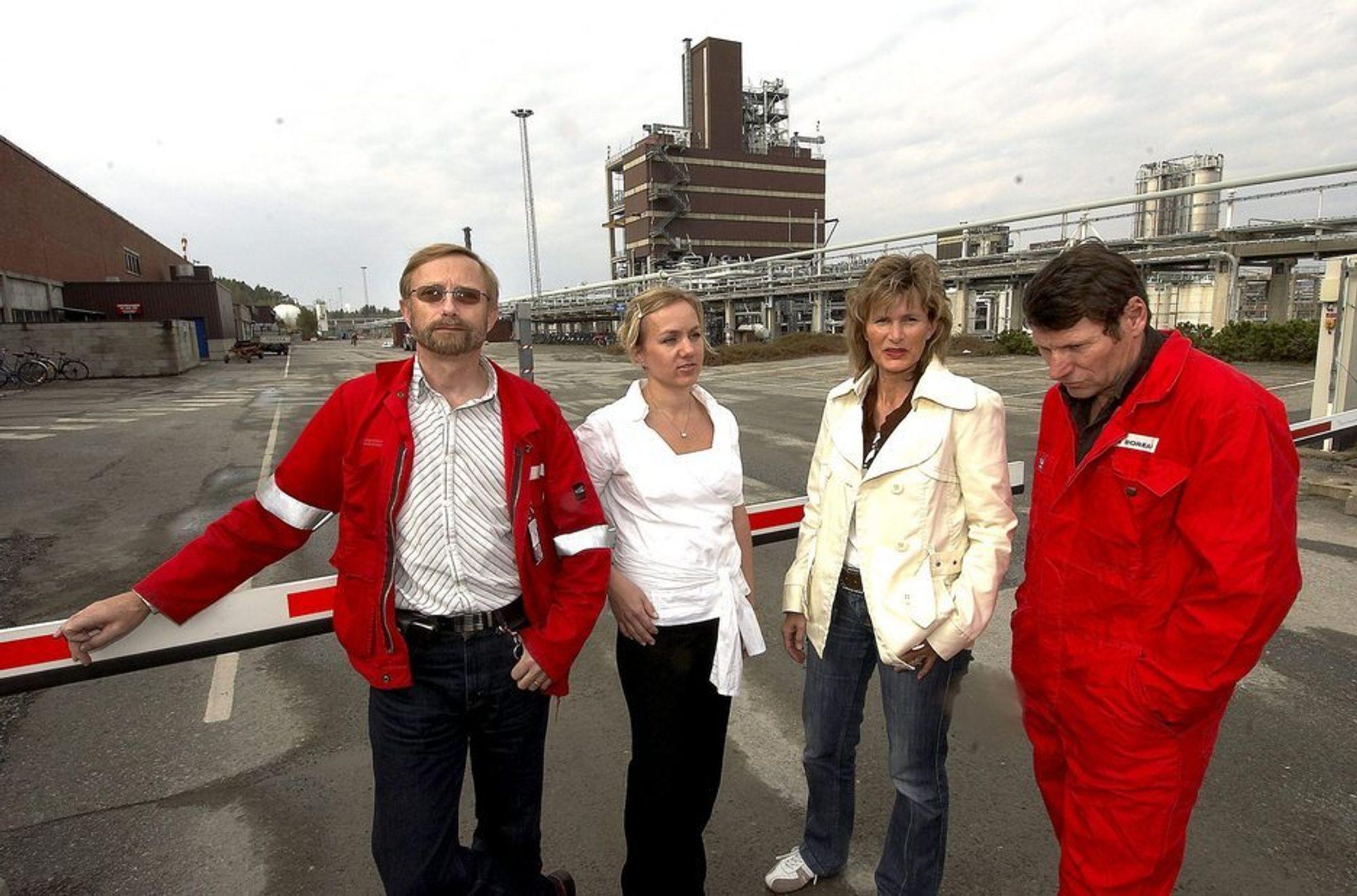 Fagforeningene på Ineos, fra venstre Hans Ødegård, Marte Nyheim, Hege Vale Baann og Jan Erik Tellefsen var sjokkert og skuffet etter meldingen om nedlegging av fabrikken i bakgrunnen.