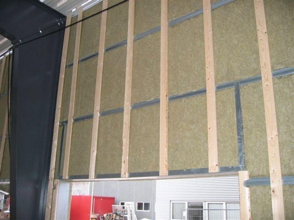 NYTT SYSTEM: Med Flex systemvegg legges en lekte på utsiden av isolasjonen. Denne lekten bærer fasadekledningen.