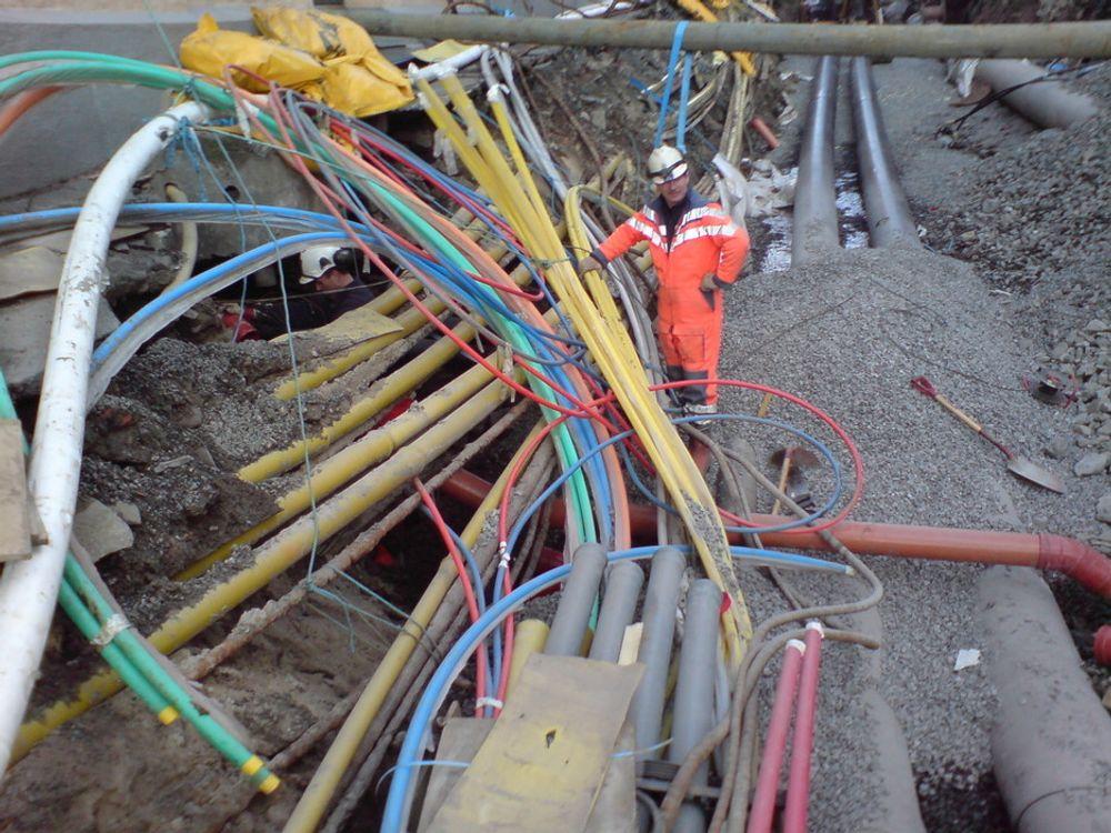 I HOPETALL: Vestregate i Arendal er gravd opp for å gi byens befolkning nytt vann- og avløpssystem. Nye rør for fjernvarme og OPI-kanal for trekkerør skal også få plass. Alle de gule rørene er Telenors. Flere av dem er fra krigens dager, og ble bundet opp fordi de ikke tålte å bli flyttet på. De kunne ikke fjernes, fordi man ikke klarte å finne ut om de fortsatt var i bruk.