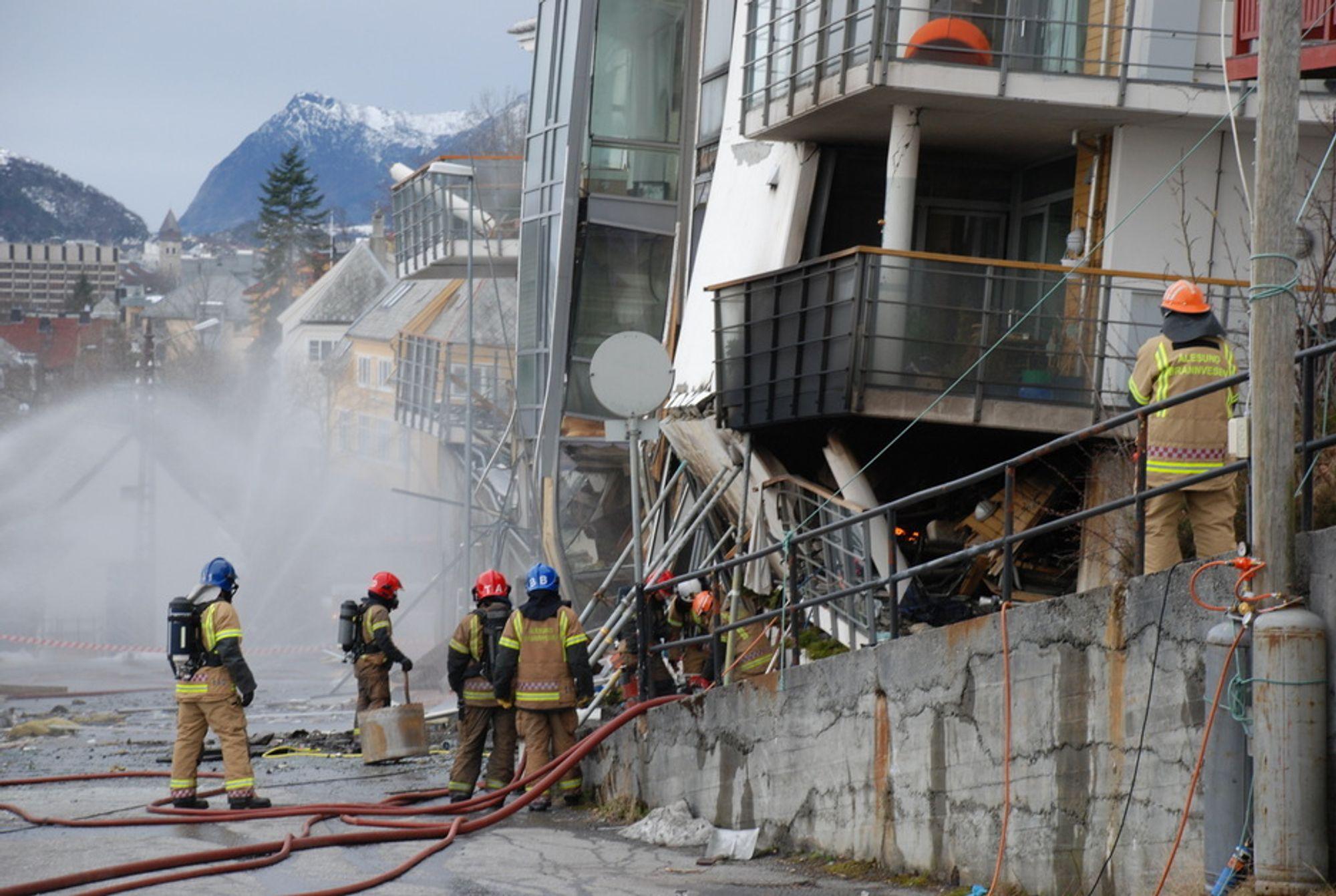 Brannvesenet i Ålesund startet søndag med å bore seg gjennom en murvegg for å komme til den eksplosjonsfarlige propantanken som ligger under den sammenraste boligblokken i Fjelltunveien. Under boringen gikk det varmegang i boret som måtte skiftes.
