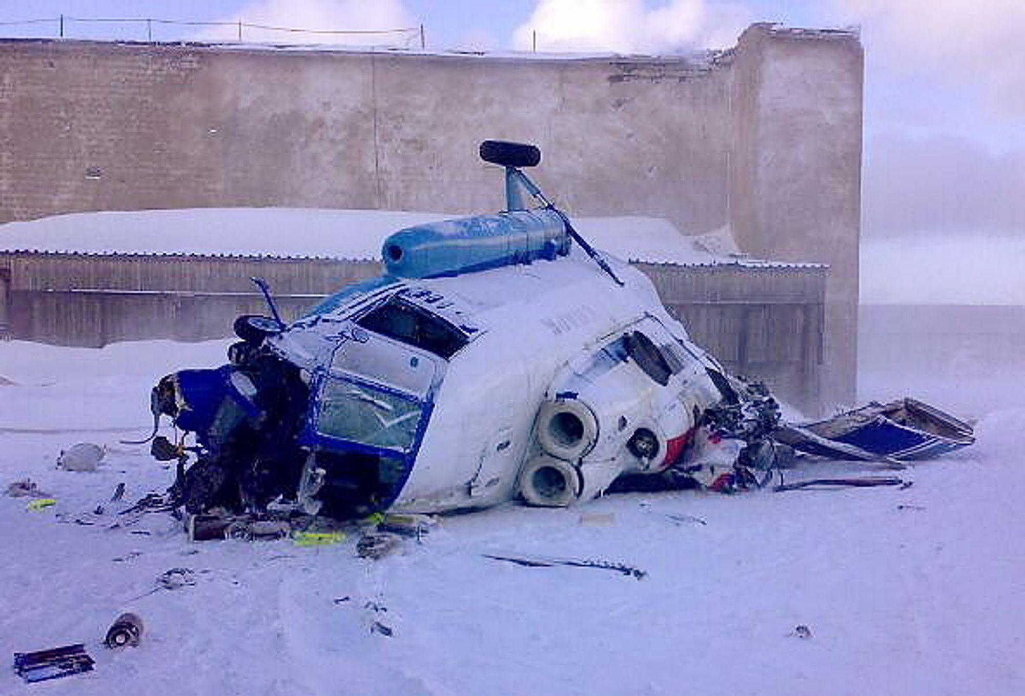 Tre personer omkom og to personer ble alvorlig skadet da dette russiske helikopteret styrtet under landing på helipaden på Heerodden i Barentsburg søndag.