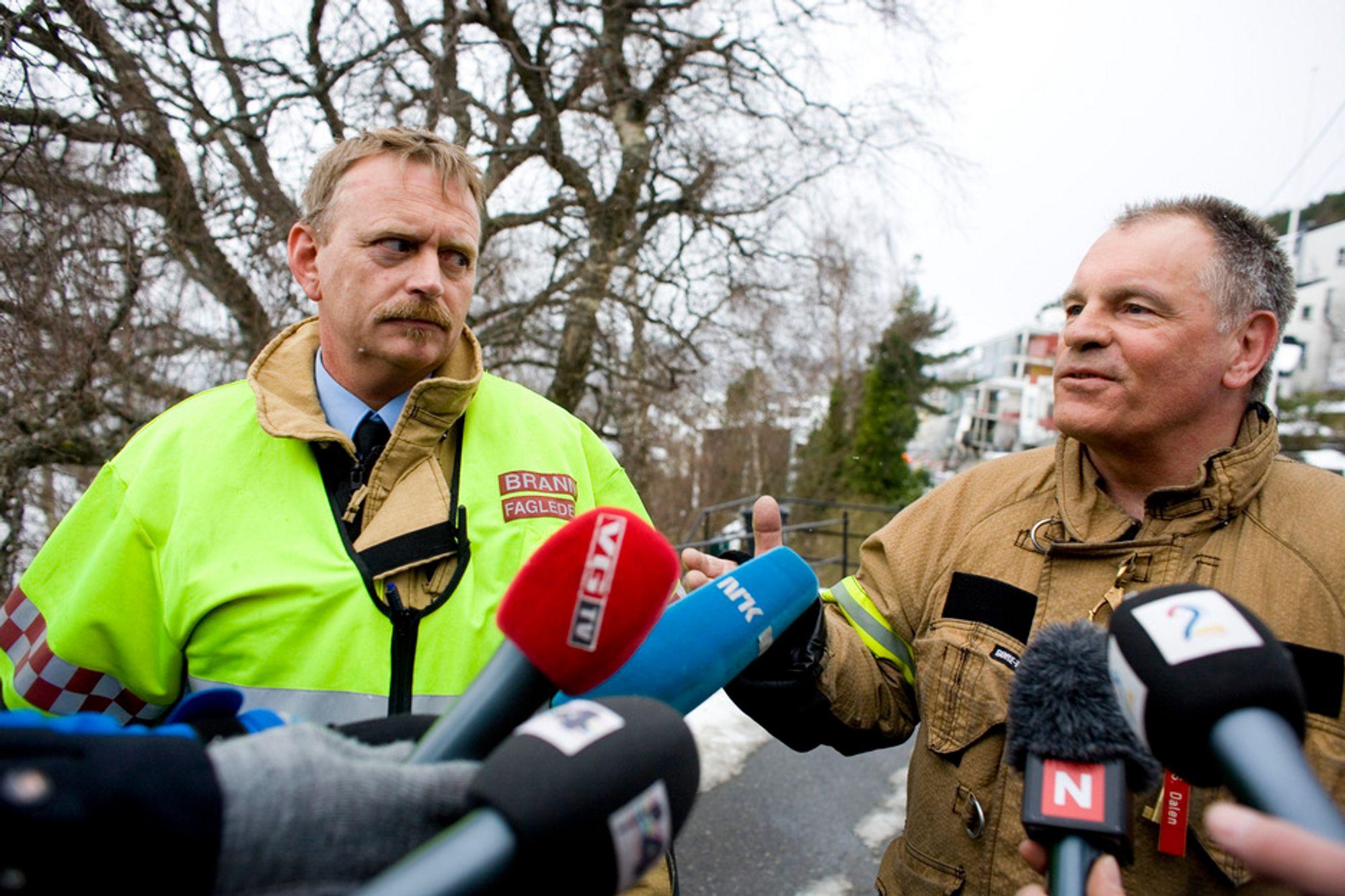 Stabssjef John Kåre Flo (t.v.) i Sunnmøre politidistrikt og Kjell Hartviksen fra Statoil orienterte pressen etter at røykdykkere fra brannvesenet fredag formiddag var inne i boligblokken som ble ødelagt av et steinras tidligere i uken.