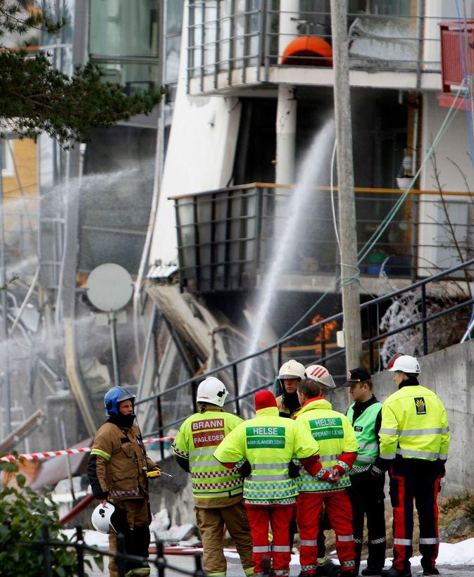 Mannskaper fra politi og redningsetatene var fredag samlet ved boligblokken i Ålesund som ble ødelagt av et steinras tidligere i uken.