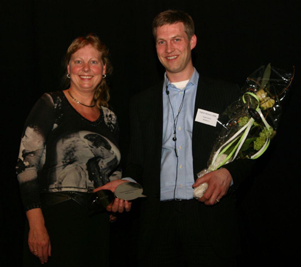 AND THE WINNER IS: Leder for juryen av Digital Winner Prize, Telenor-direktør Berit Svensen,  sammen med prisvinner  Mobiletech-sjef Espen Askvik.