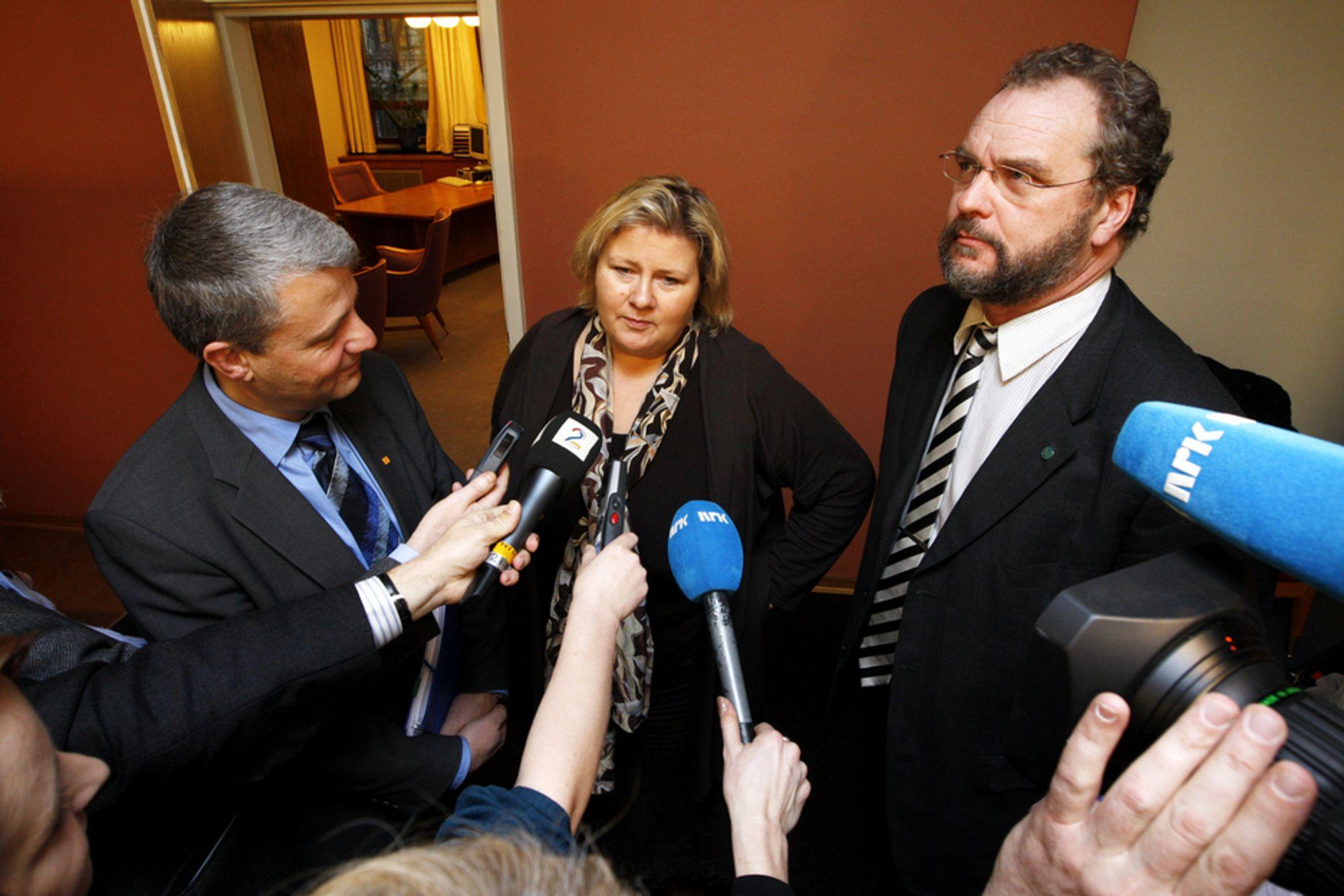 KLIMAINNSPURT: I løpet av onsdagen regner partilederne med å komme til enighet om et klimaforlik på Stortinget. Erna Solberg, Høyre (i midten), Dagfinn Høybråten, KrF (t.v.) , og Lars Sponheim, V, etter andre omgang av klimaforhandligene i Stortinget onsdag morgen.