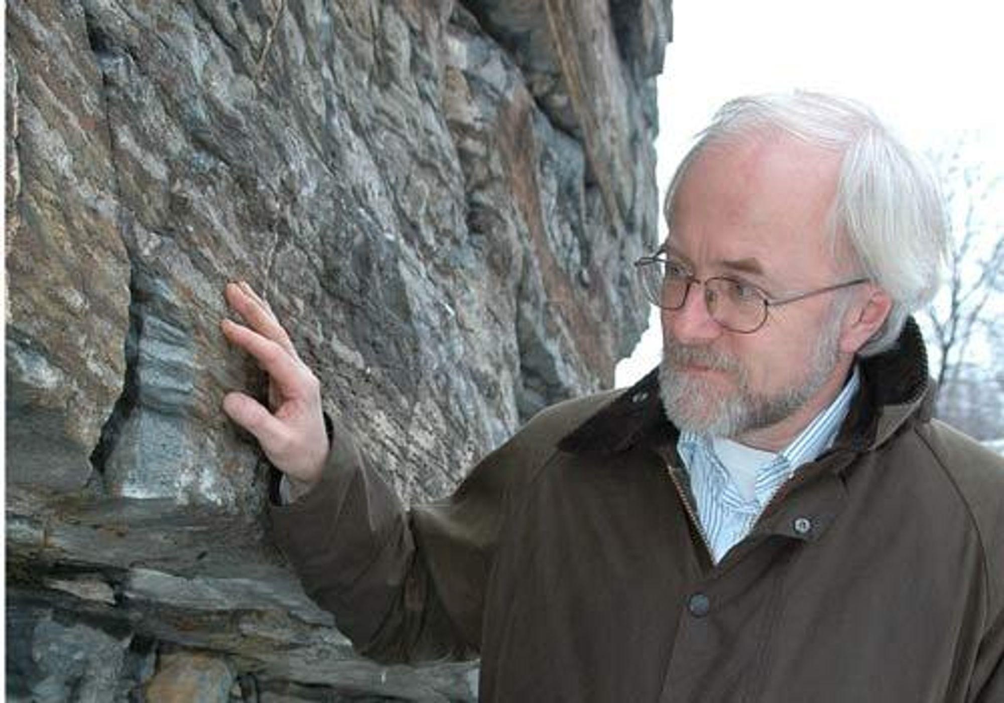 GEOLOGISKE STRUKTURER: Geolog Svein Eggen i Gassnova SF søker etter egnet sted på land for å finne geologiske strukturer sm kan egne seg som laboratorium for CO2-lagring.