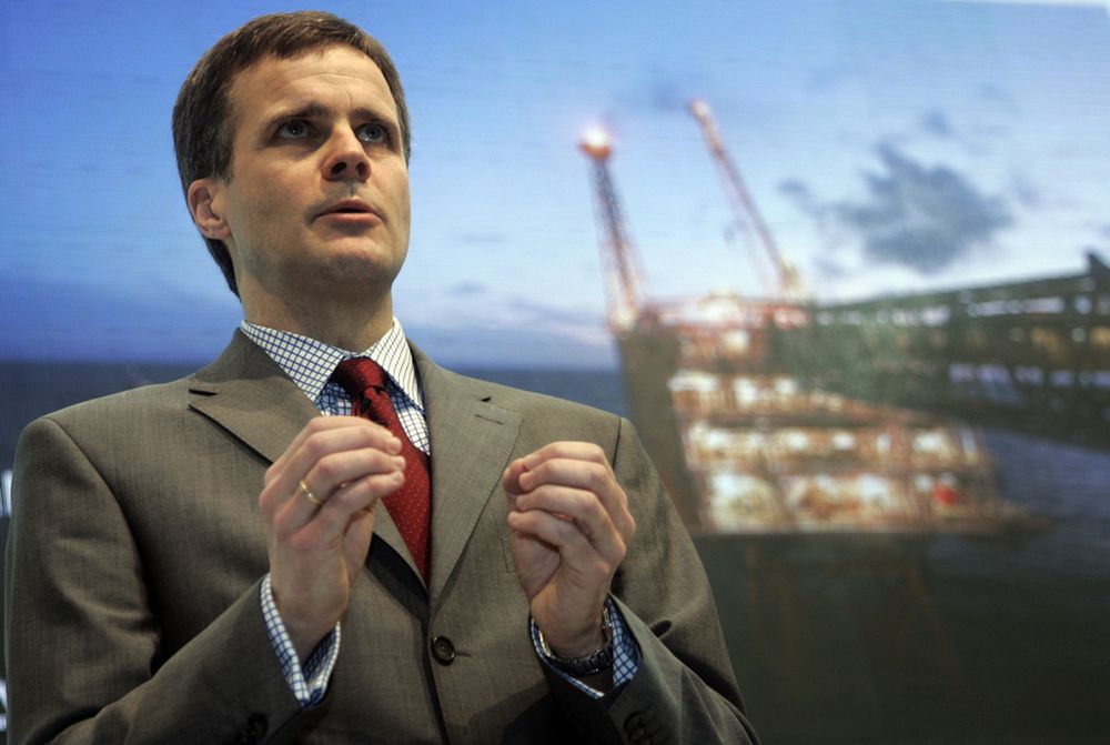 StatoilHydro-sjef Helge Lund mener selskapet både har rett og plikt til å være med i debatten om å åpne nye områder for oljeleting. Bildet er fra en pressekonferanse i London 9. januar.