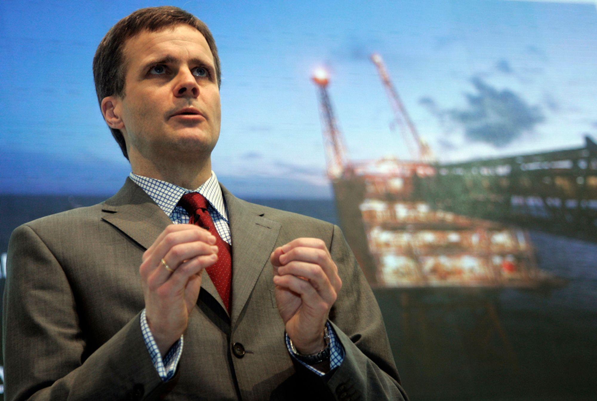 OPTIMIST: StatoilHydros konsernsjef, Helge Lund, skryter av høy produksjon, og velger å se det positive i de høye fusjonskostnadene som har påvirket StatoilHydros kvartalsresultater i negativ retning.