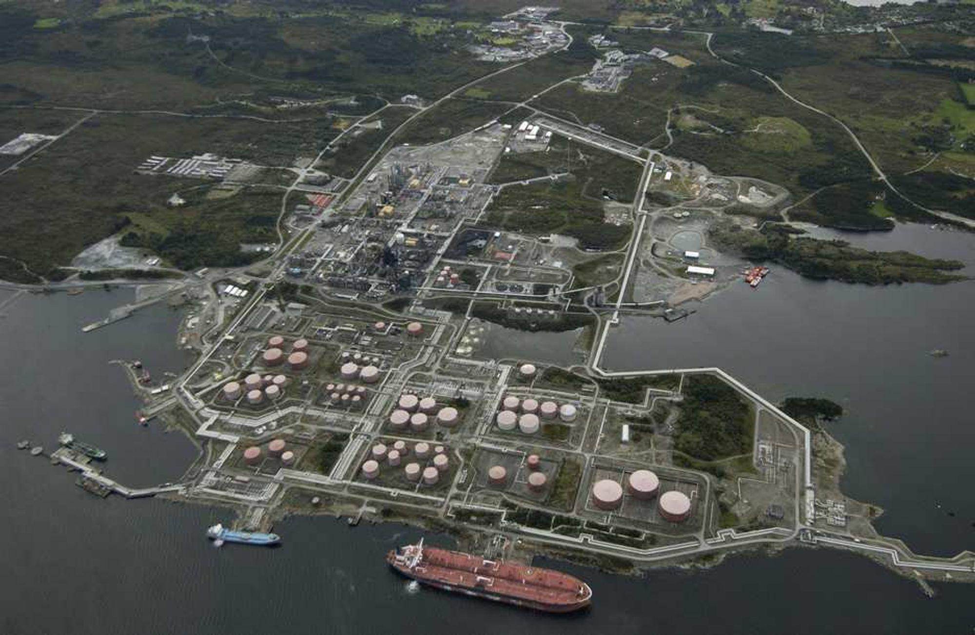 GRANSKES: Rundt 200 ansatte ved raffineriet på Mongstad ble evakuert da det ble oppdaget lekkasje av LPG-gass søndag kveld. Nå skal hendelsen granskes.