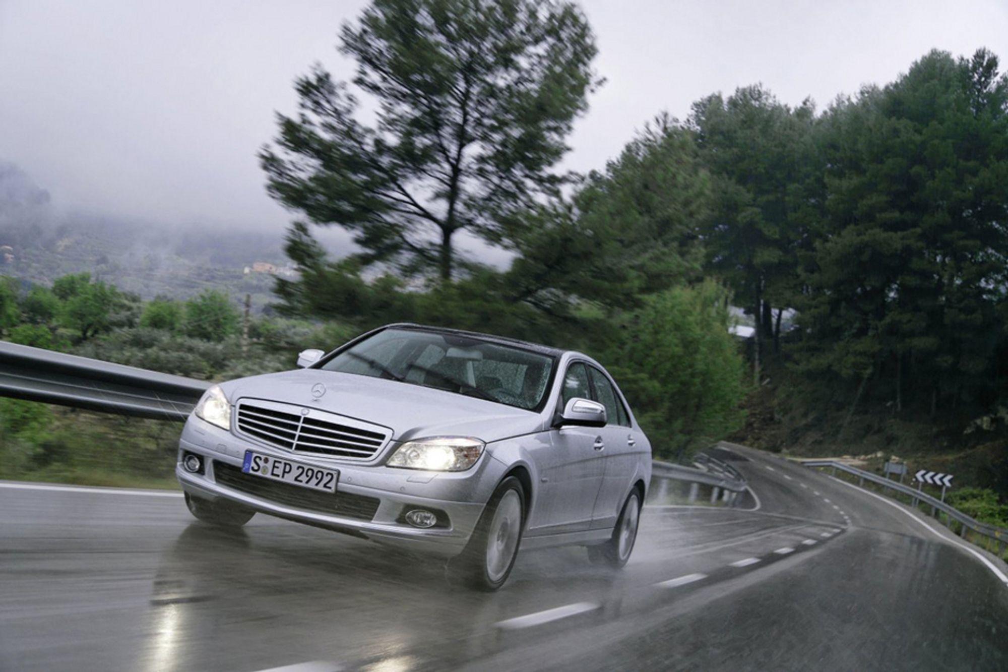PÅ NØTTEOLJE: Denne Mercedesen går på olje utvunnet fra nøttene til Jatropha-busken. Dette kan være svaret på transportbransjens drøm om å finne en virkelig god arvtager til fossildieseldrivstoffene.
