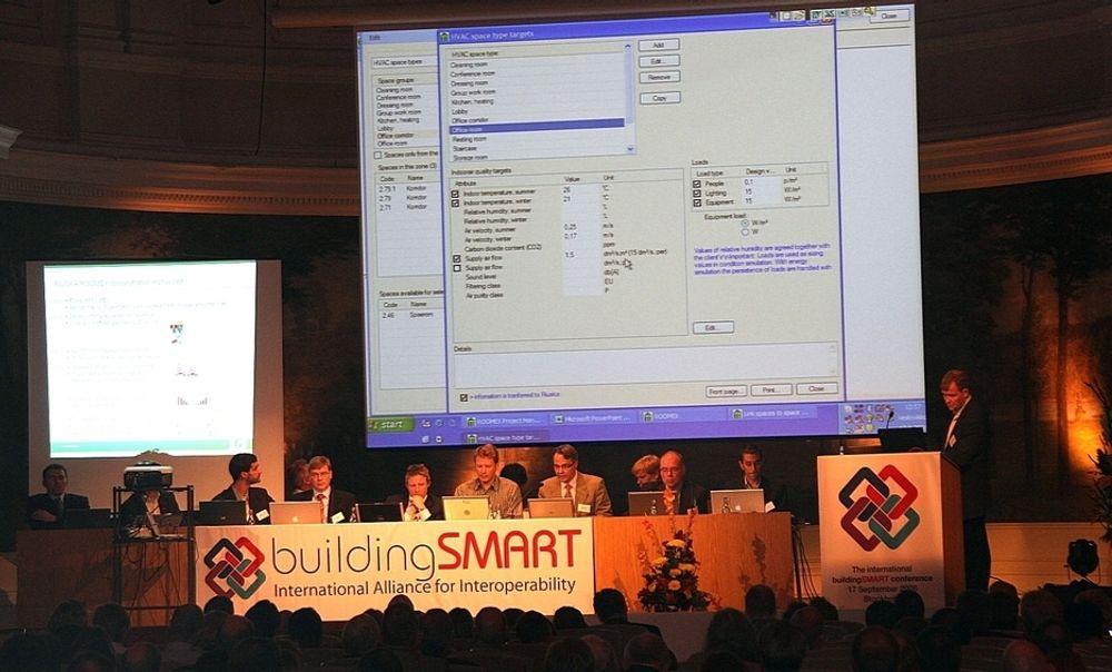 TUNGT INNE: Norske dataselskaper var tungt inne da porgramvare for BuildingSmart ble gjennomgått på en BIM-konferanse i Stockholm, leder av Lars Christian Christensen på talerstolen til venstre i bildet.