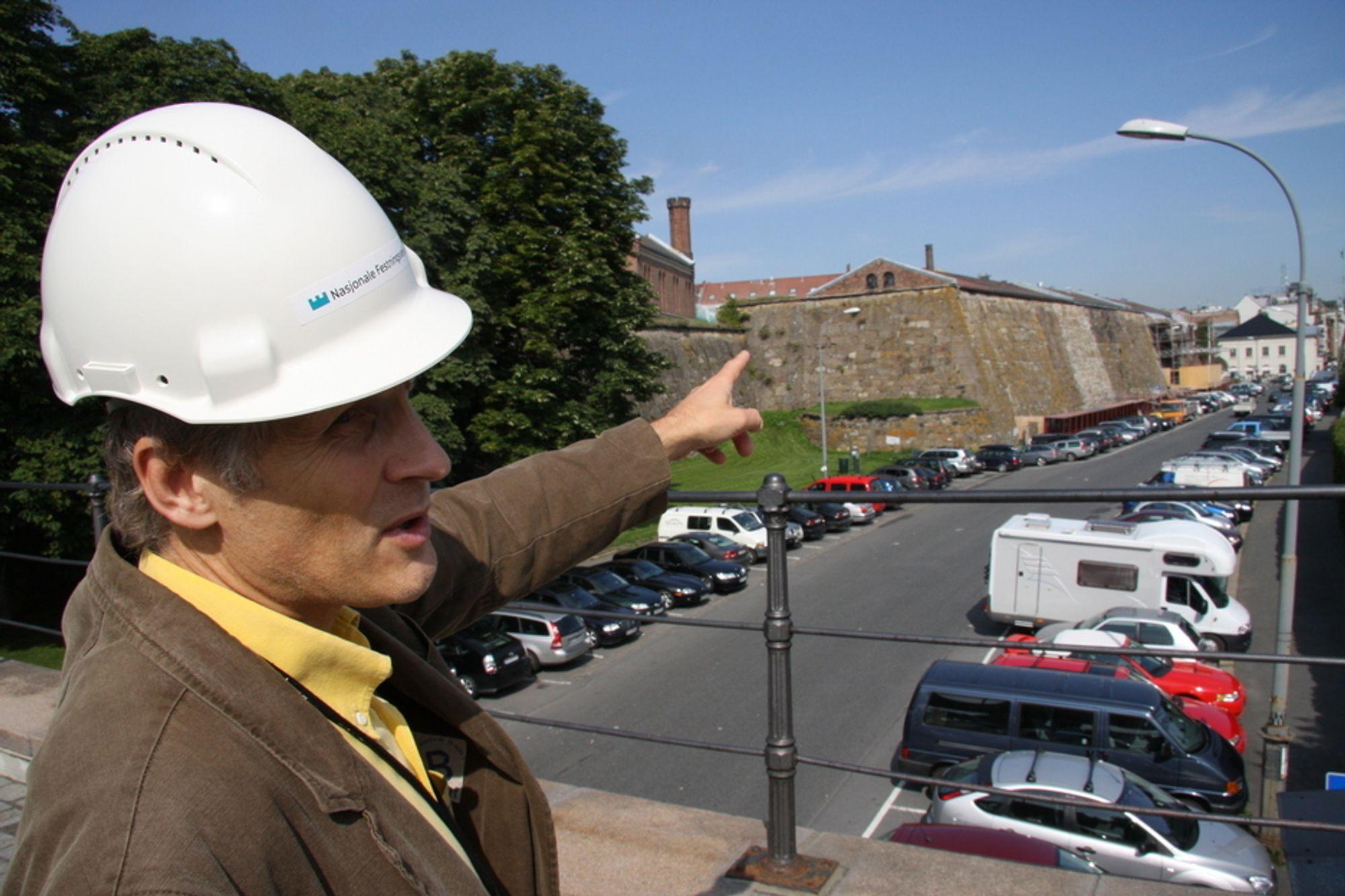 VEDVARENDE: Allerede i 2008 viste Christian Borhaven i Forsvarsbygg utbedringsbehovet ved Akershus festning til Teknisk Ukeblad. Fortsatt er lite gjort.