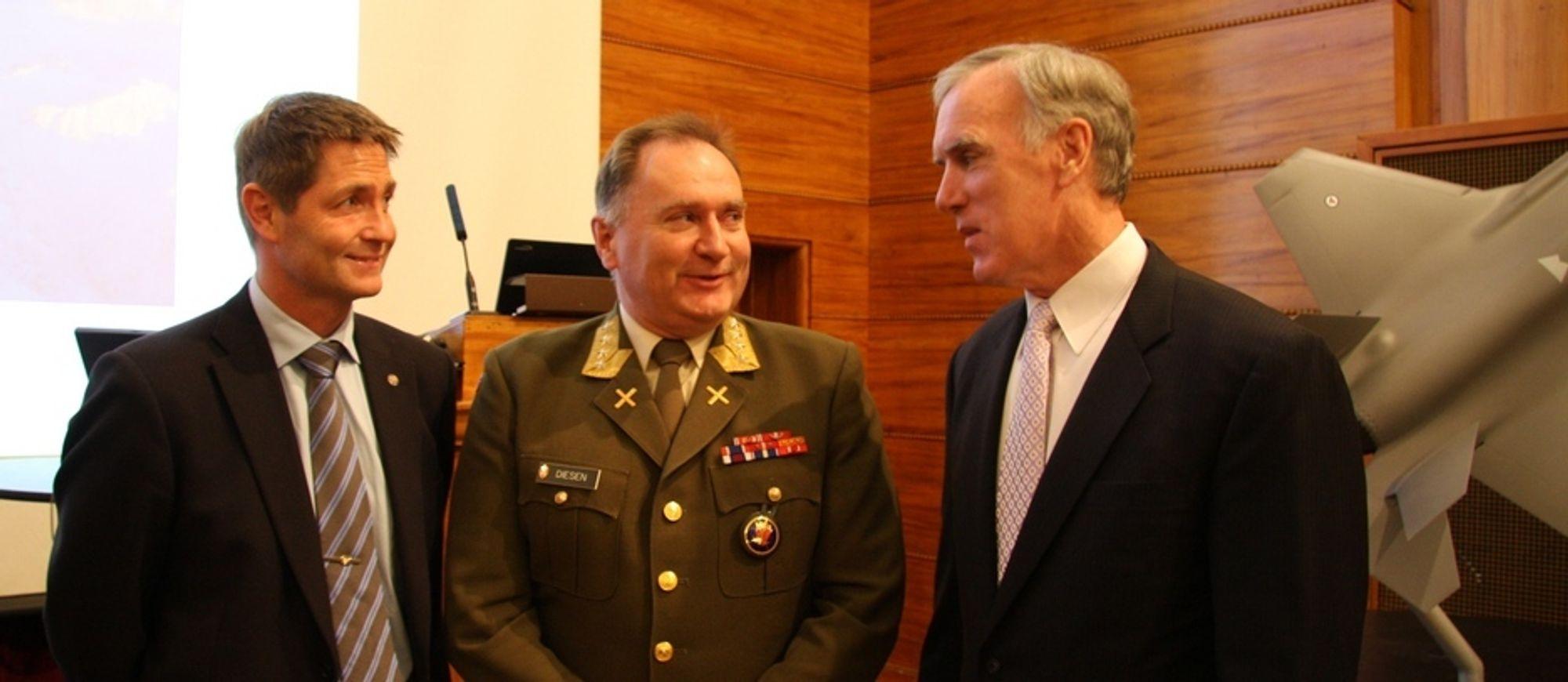 Hans Rosén i Saab, forsvarssjef Sverre Diesen og Tom Burbage i Lockheed Martin diskuterer kampflykjøpet.