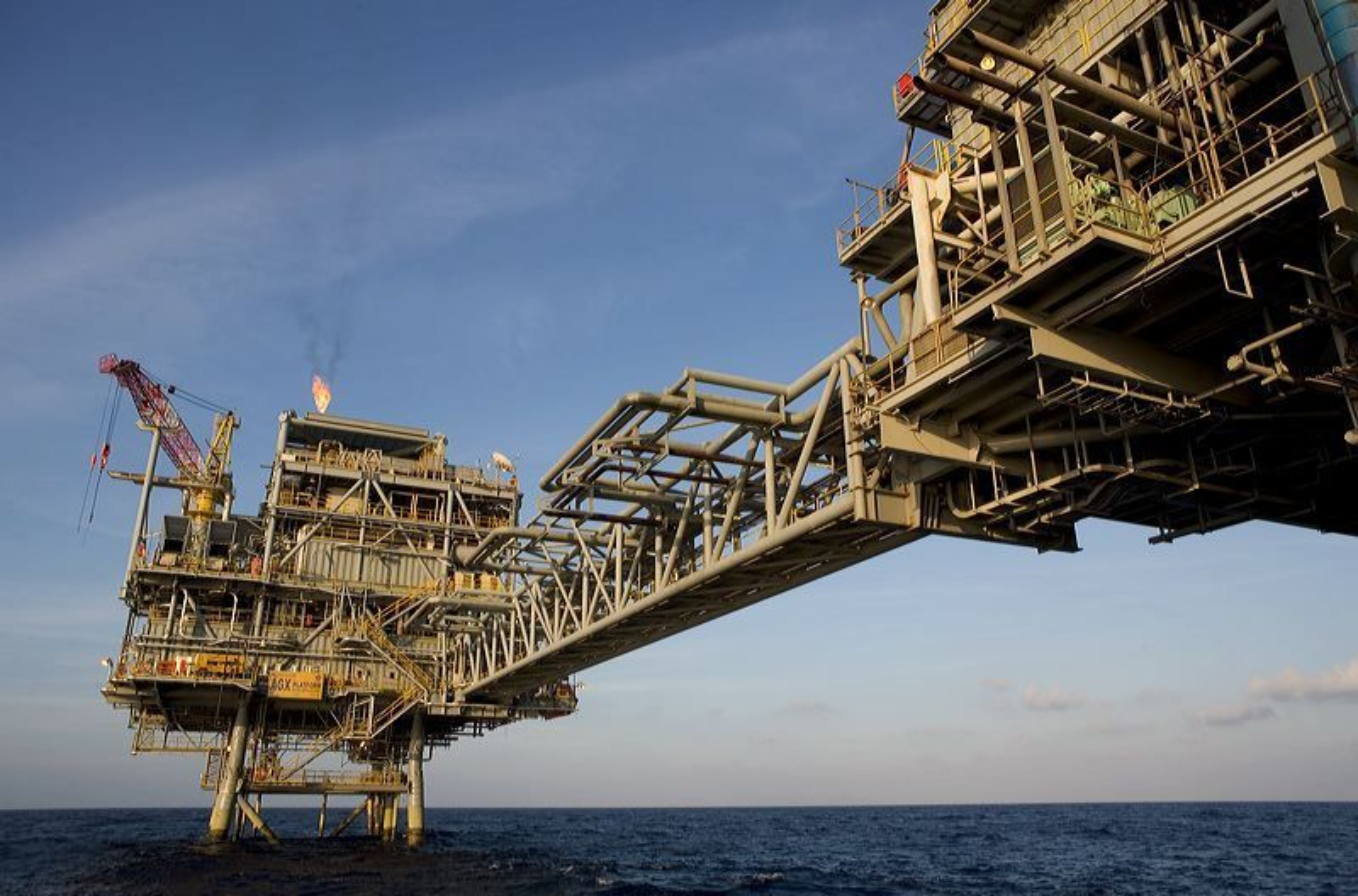 Indonesias oljeproduksjon faller og har falt jevnt siden 1995.  Anoa-feltet i Natuna-havet utenfor nord-vestkysten av Indonesia har vært i drift i en årrekke.