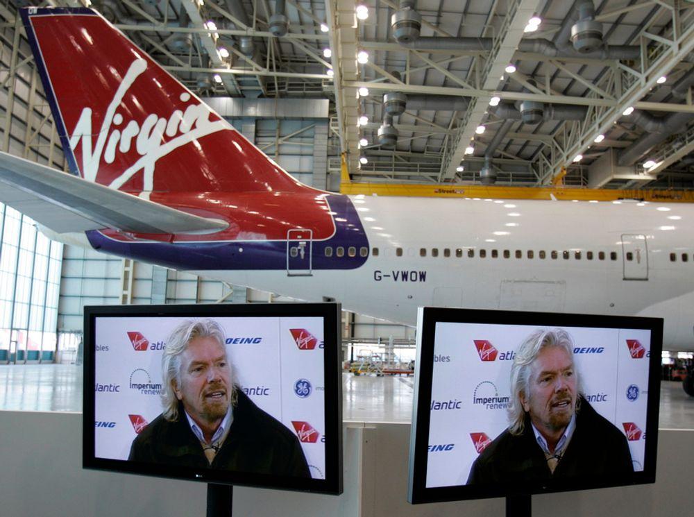 VIrgin-sjef Richard Branson hadde som vanlig sørget for et stort presseoppbud og et proft PR-opplegg da historiens første flygning med biodrivstoff gikk av stabelen.