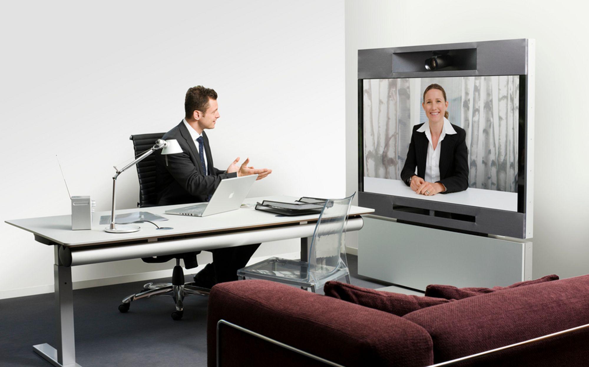 HD-MØTE: Den nye C90 kodeken kan overføre den høyeste oppløsnigen i HD-TV-standarden mellom møtedeltakerne slik som her i det nye T1-systemet. I tillegg kan detbygges telepresenceløsninger med flere skjermer.