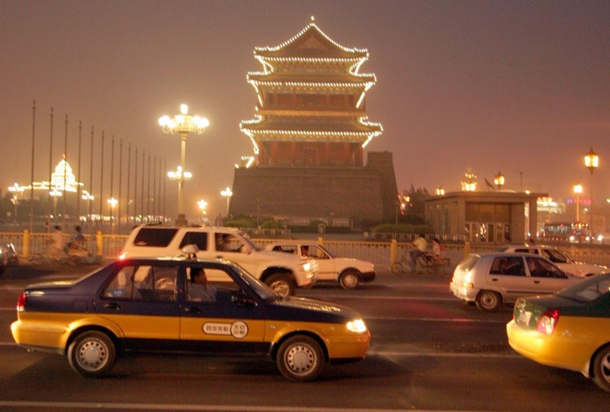Biltrafikken i Beijing har blitt tettere og tettere i takt med velstandsøkningen. For å sikre bedre luft og fremkommelighet under OL i august, innføres restriksjoner på biltrafikken. Annen hver dag tillates biler med likt og ulikt siste-siffer i regsitreringsnummeret. Taxier er unntatt.