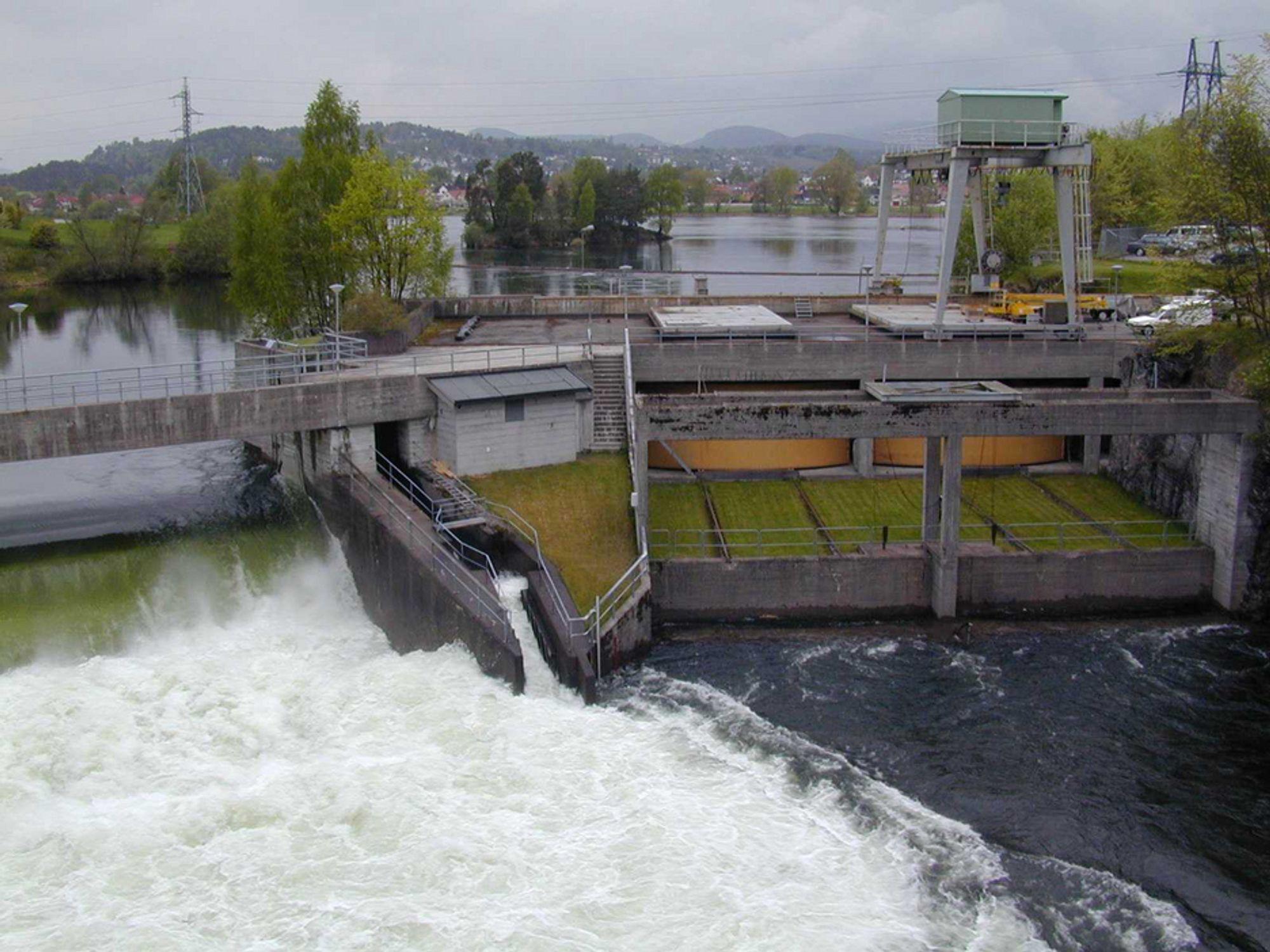 Kraftverkene har gått jevnt og trutt og bidratt med høy strømporduksjon hittil i år. Bildet er fra Klosterfoss kraftverk i Skien.