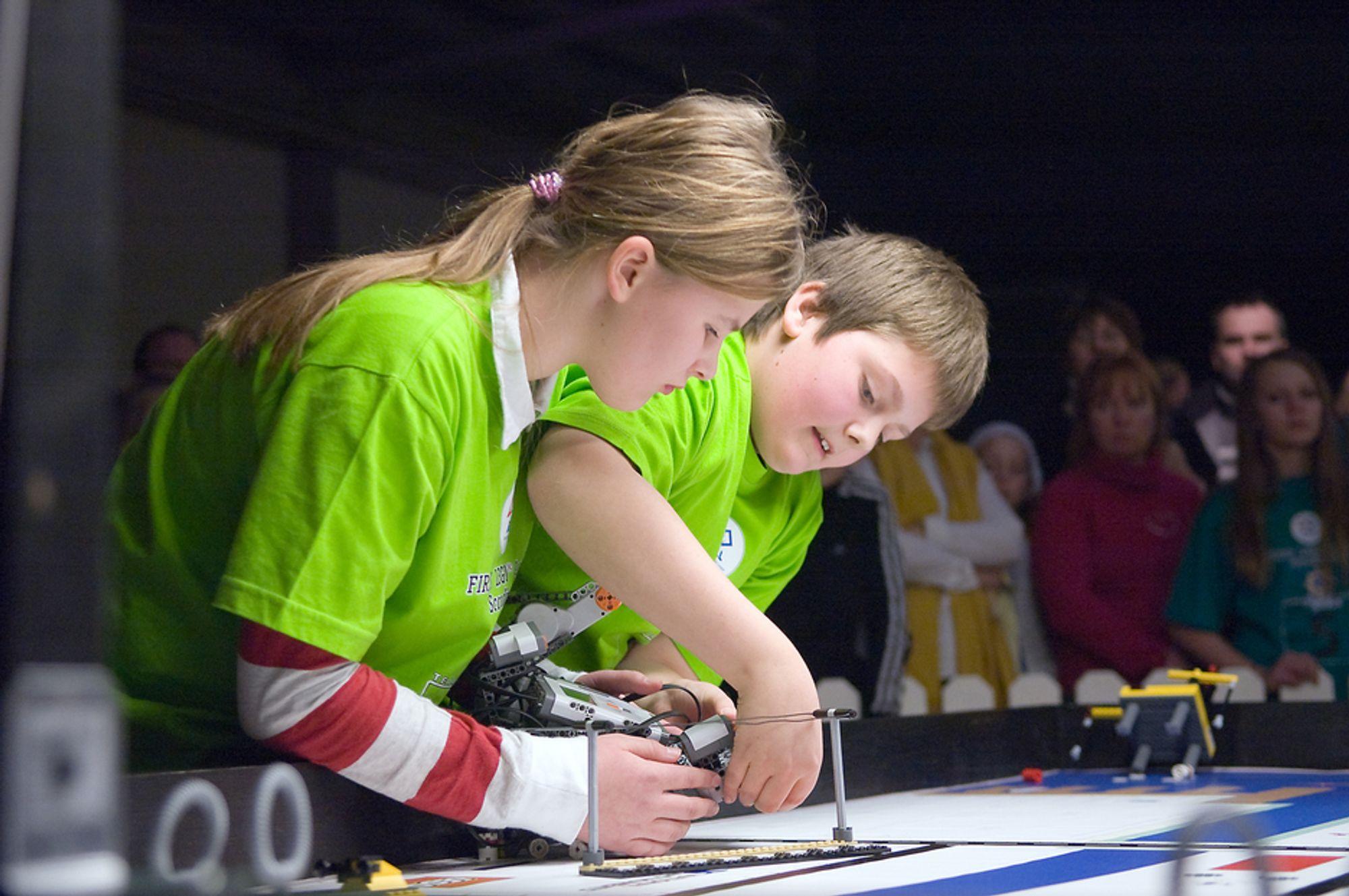 IVRIGE: Deltagerne i First Lego League-konkurransene er ivrige. De legger stort arbeid over flere ned i å bygge, utvikleog fortelle om oppgavene de skal løse.