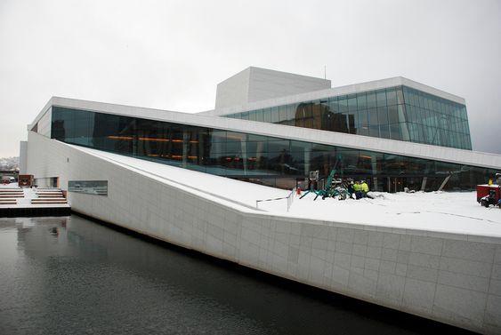 """Operahuset mandag 7. januar 2008, på den store """"innflyttingsdagen"""". Torsdag 10. januar flytter også balletten inn. Da har ca. 500 personer fått sin nye arbeidsplass i Bjørvika."""