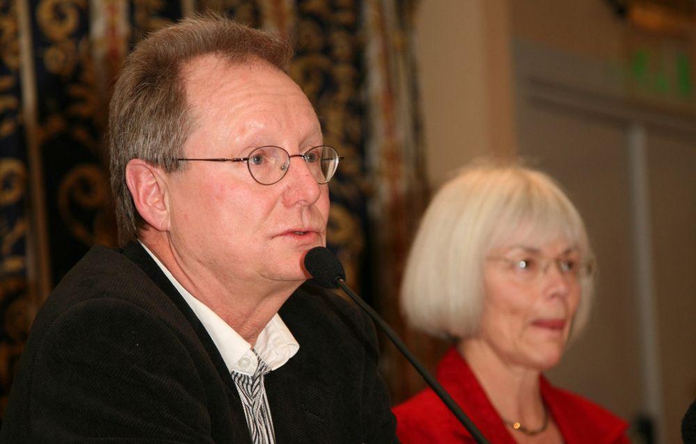 Professor Steinar Stjernø og utdannings- og forskningsminister Tora Aasland da de presenterte Stjernø-utvalgets rapport.