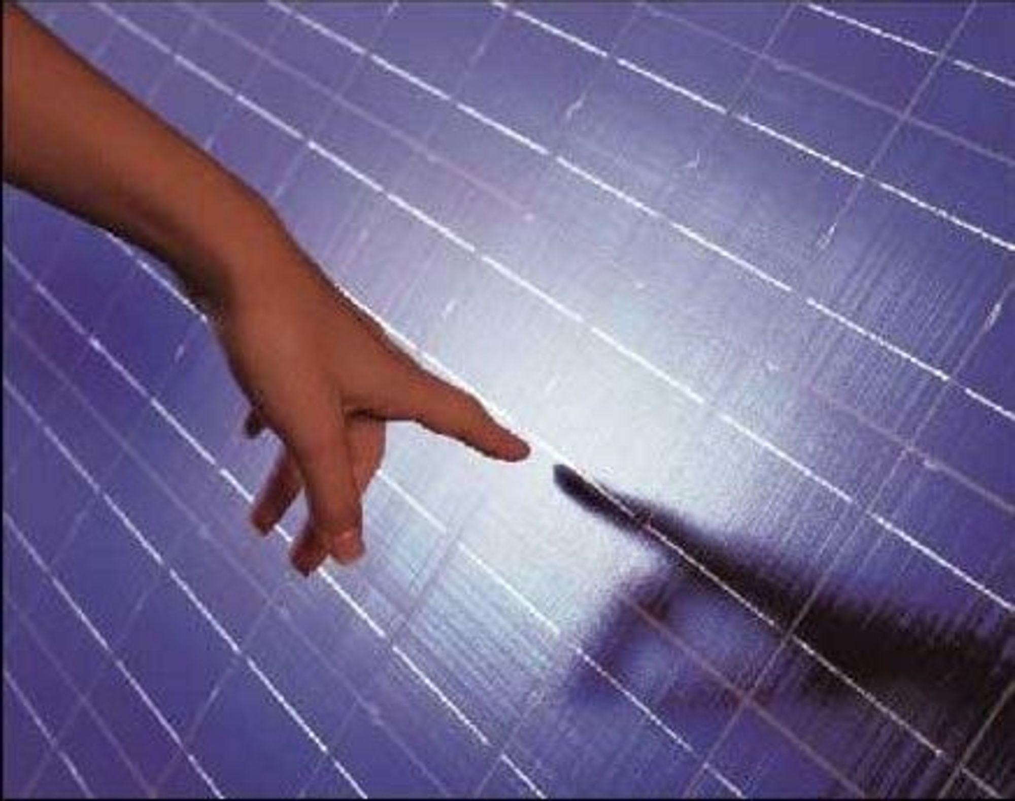 OMVANDLER: Siste nytt i solceller er en amerikansk affære som til og med har en DC/AC omvandler slik at du også kan ha vekselstrømsdingser på hytta. O, hvilken lykke! FOTO: ICP