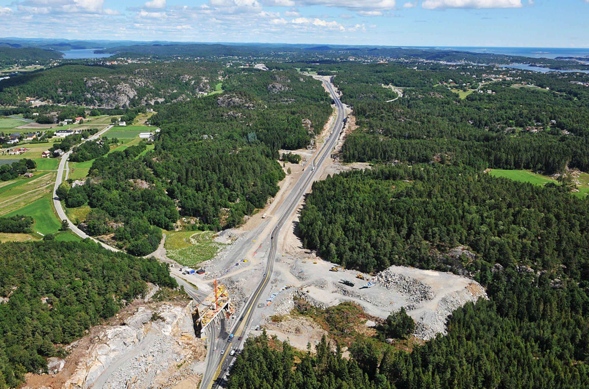 E18 mellom Grimstad og Kristiansand åpnes i dag. Den 38 kilometer lange strekningen ble bygget på 3 år, like lang tid som skal brukes på 11 kilometer i Vestfold og Telemark.