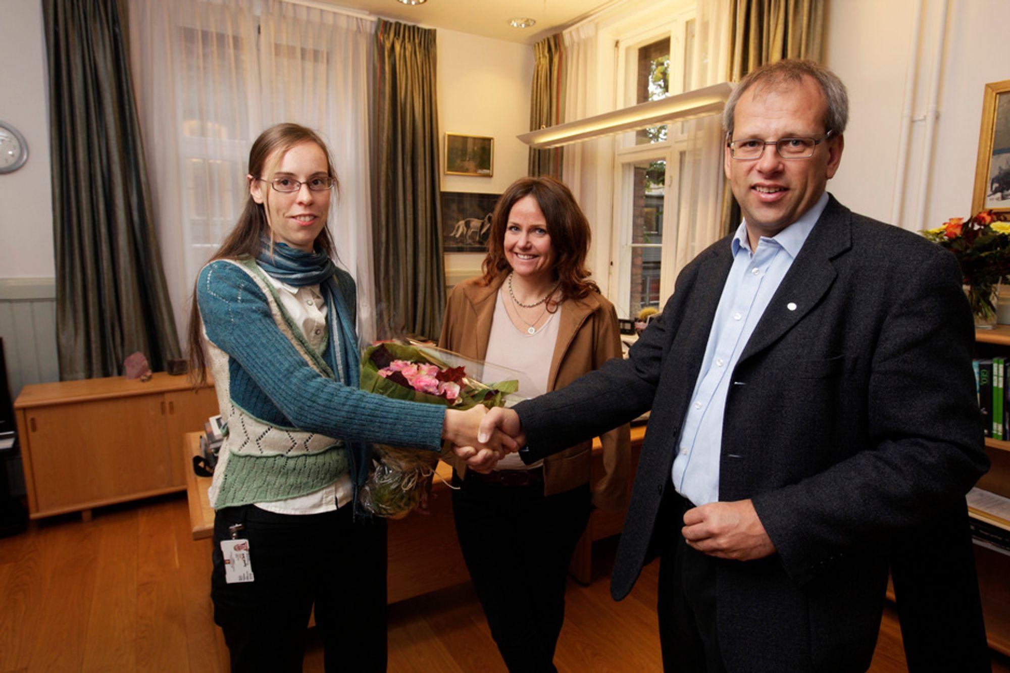 MARKERT: - Velkommen til Tekna, sier foreningens visepresident Åsmund Knutsen til Ragnhild Børke. Statssekretær Heidi Sørensen bak.