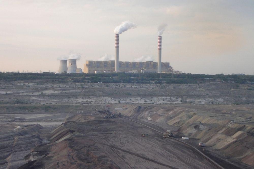 AVHENGIGE AV KULLKRAFT: 90 prosent av energiforsyningen i Polen stammer fra kullkraft. Brunkullkraftverket Belchatow i Polen slapp i 2006 ut 30 millioner tonn CO2.  Til sammenligning vil Naturkrafts gasskraftverk på Kårstø slippe ut 1,2 millioner tonn CO2 per år.