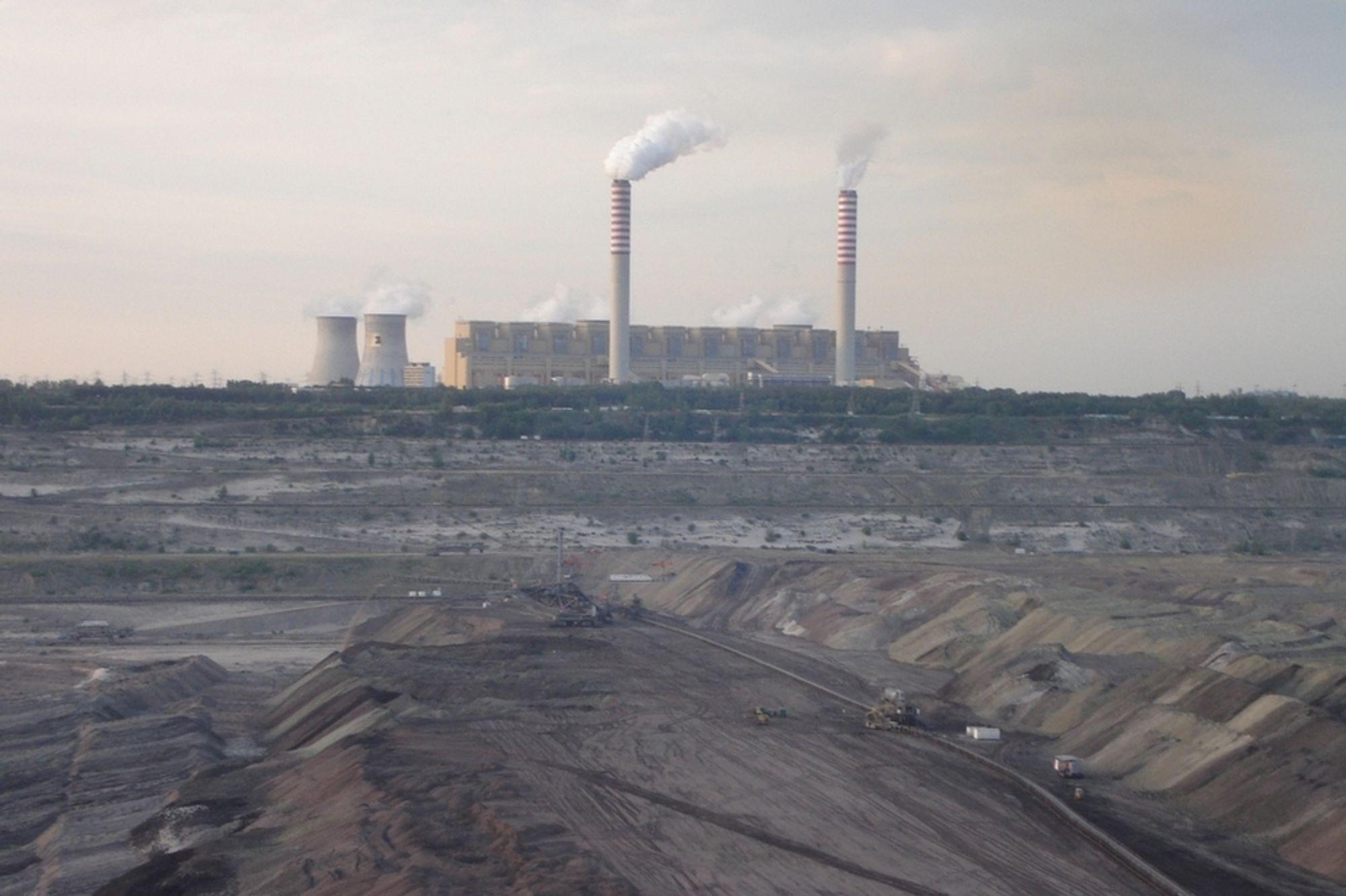 BRUNKULL: Det polske brunkullkraftverket Belchatow slipper ut rundt 30 millioner tonn CO2 hvert år. Norges totale utslipp er på noe over 50 millioner tonn. Bellona vil nå hjelpe polakkene med å bli renere, og samtidig sikre dem mot høye CO2-kostnader og dermed dyrere energi. CO2-rensing er svaret, mener de.
