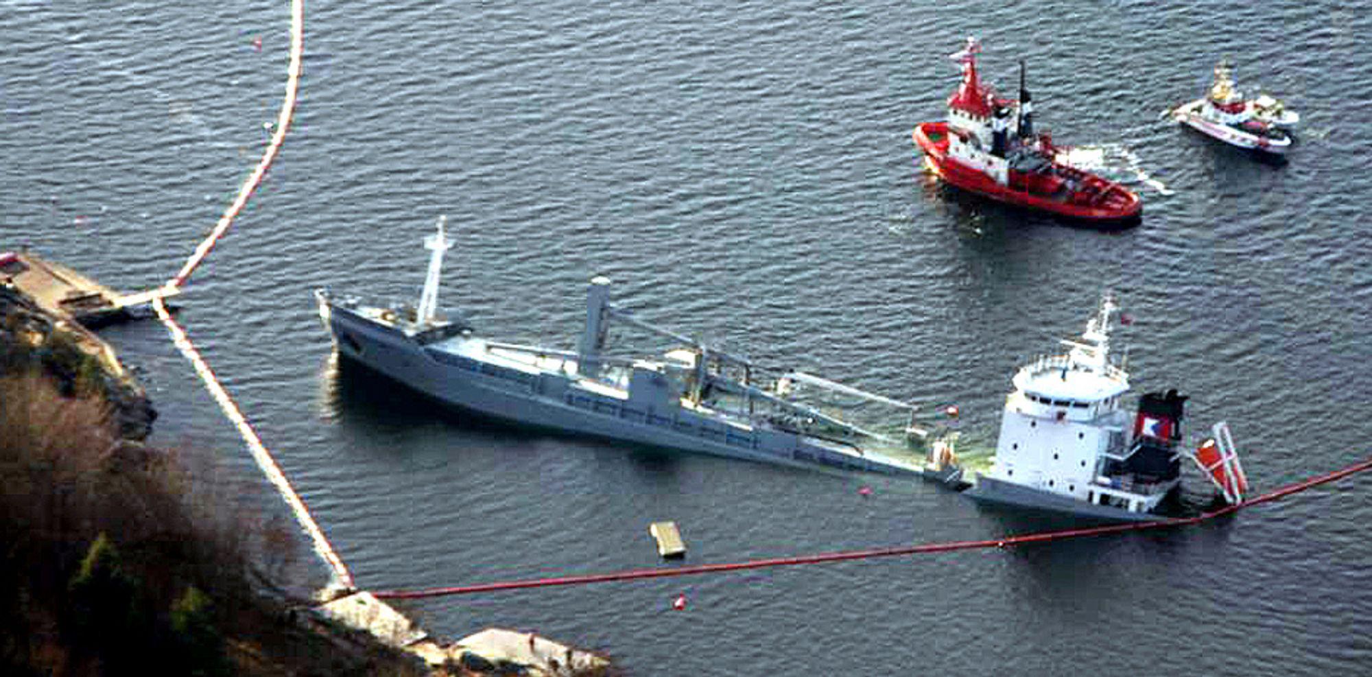 «Crete Cement» har satt seg stabilt på havbunnen ved Fagerstrand i Oslofjorden.